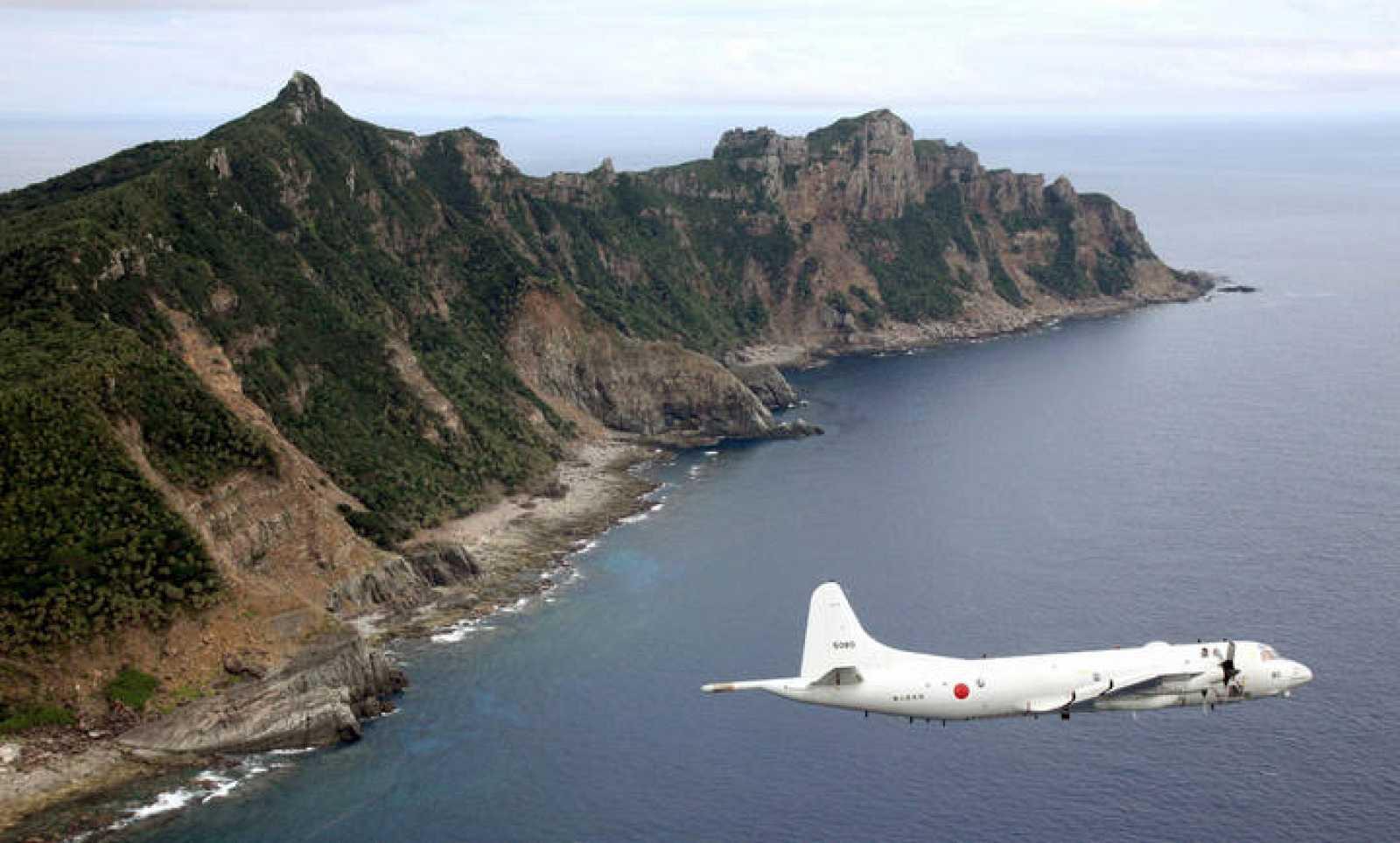 Fotografía de archivo de un avión de reconocimiento de las Fuerzas de Auto-Defensa de Japón sobrevolando una de las islas Senkaku/Diaoyu