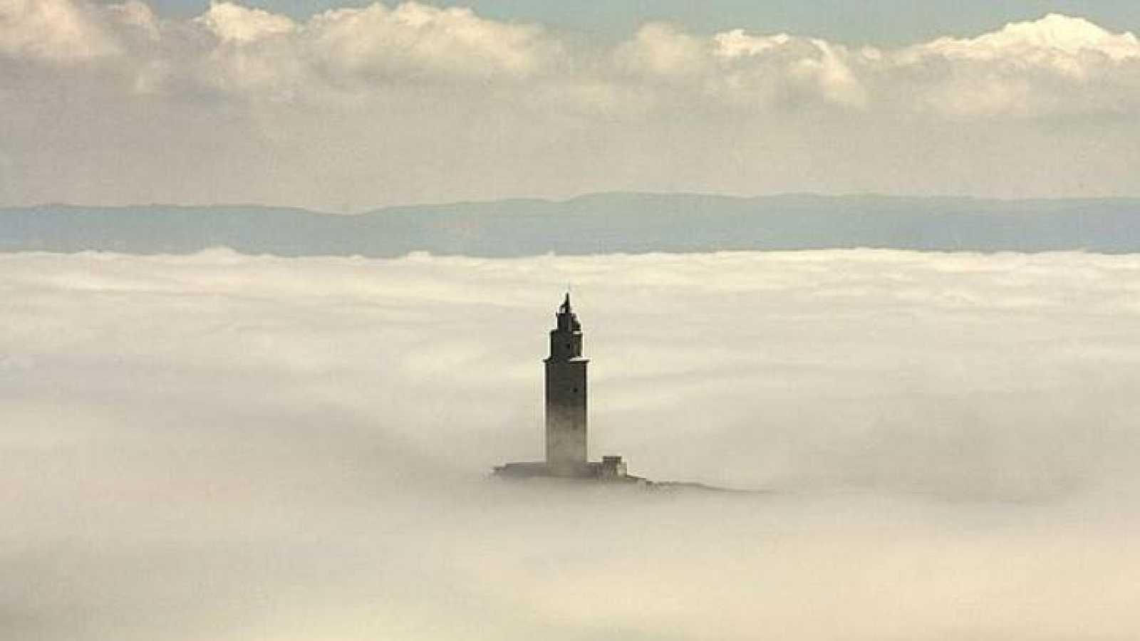 La torre de Hércules entre la niebla