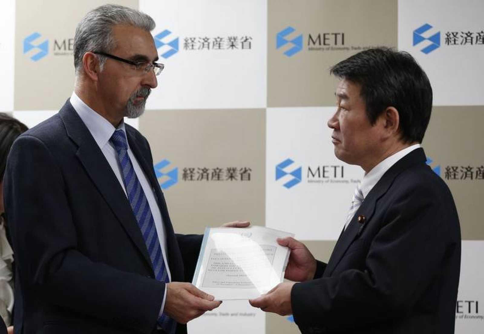 El español Juan Carlos Lentijo, jefe de la misión de observación del OIEA, entrega su informe sobre Fukushima al ministro de Economía, Comercio e Industria, Toshimitsu Motegi, en Tokio