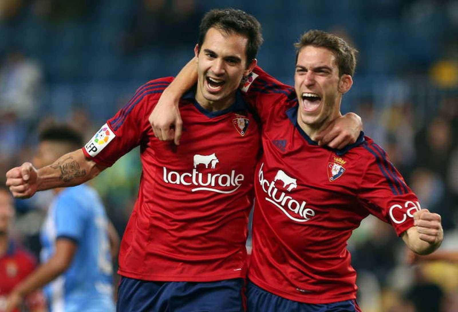 Los jugadores de Osasuna, Emiliano Daniel Armenteros y Roberto Torres, celebran el tercer gol del equipo osasunista.