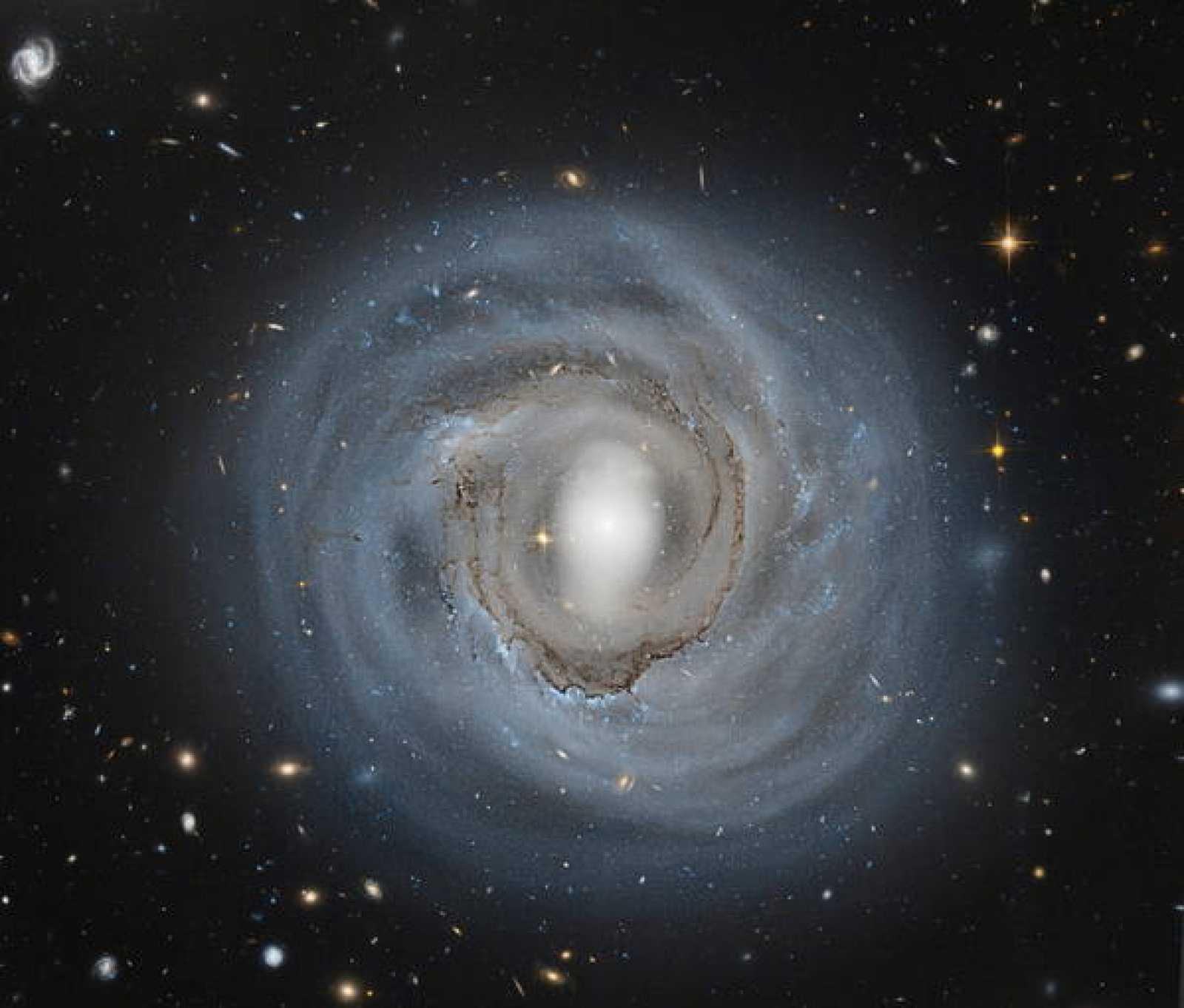 Imagen del Telescopio Espacial Hubble de la galaxia espiral NGC 4921.