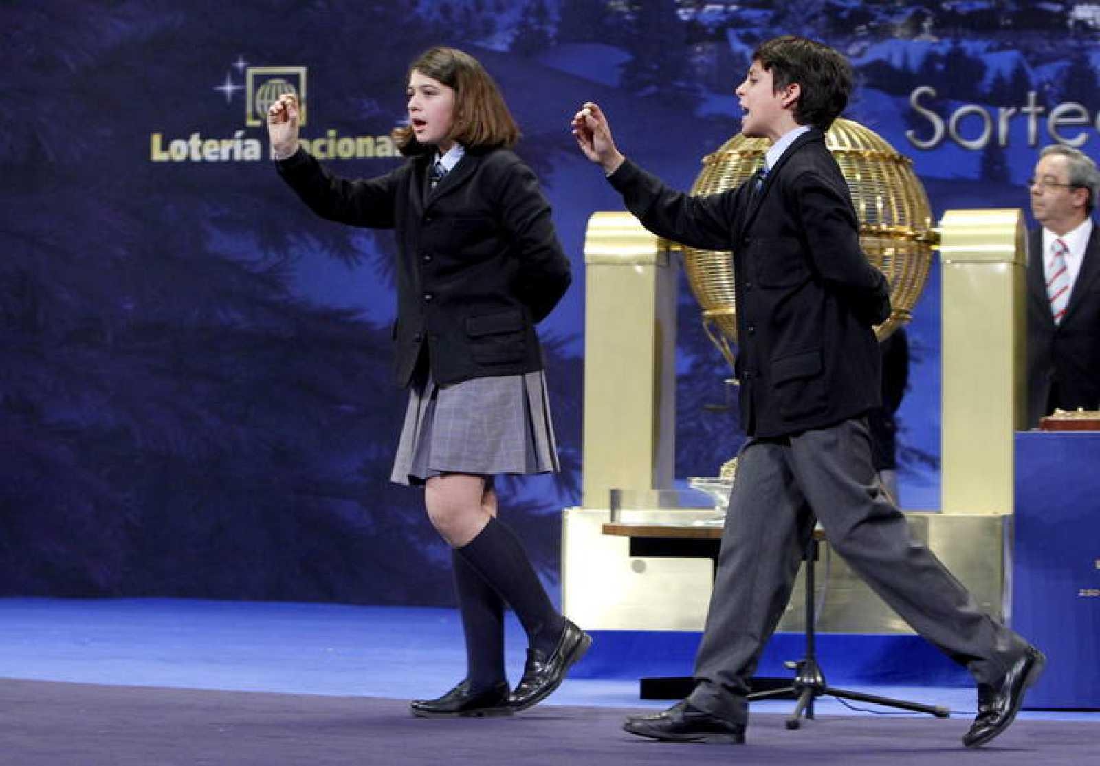 Andrea Ladrón de Guevara y Joel Fernández Godos cantan el número 62.246 que ha sido agraciado con el Gordo de Navidad