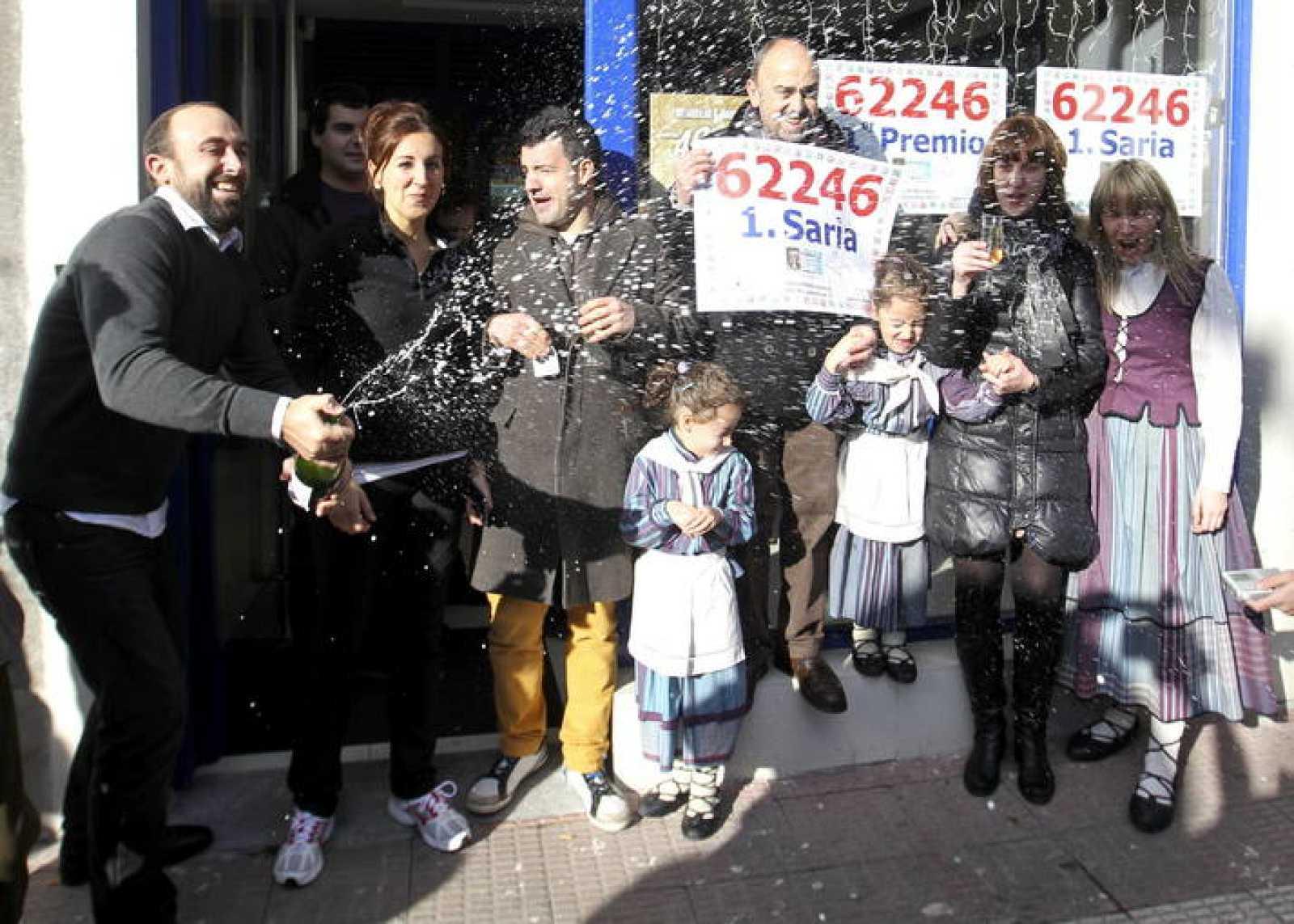 Los responsables de la administración número 2 de Arrasate-Mondragón, que ha vendido 45 series del Gordo de Navidad.
