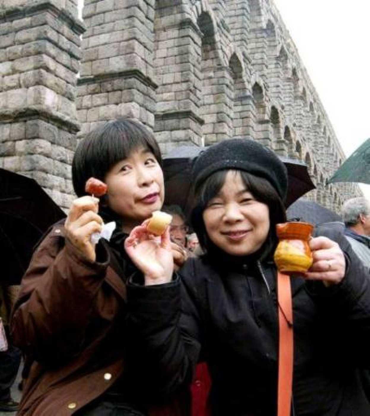 Dos turistas japonesas junto al Acueducto de Segovia