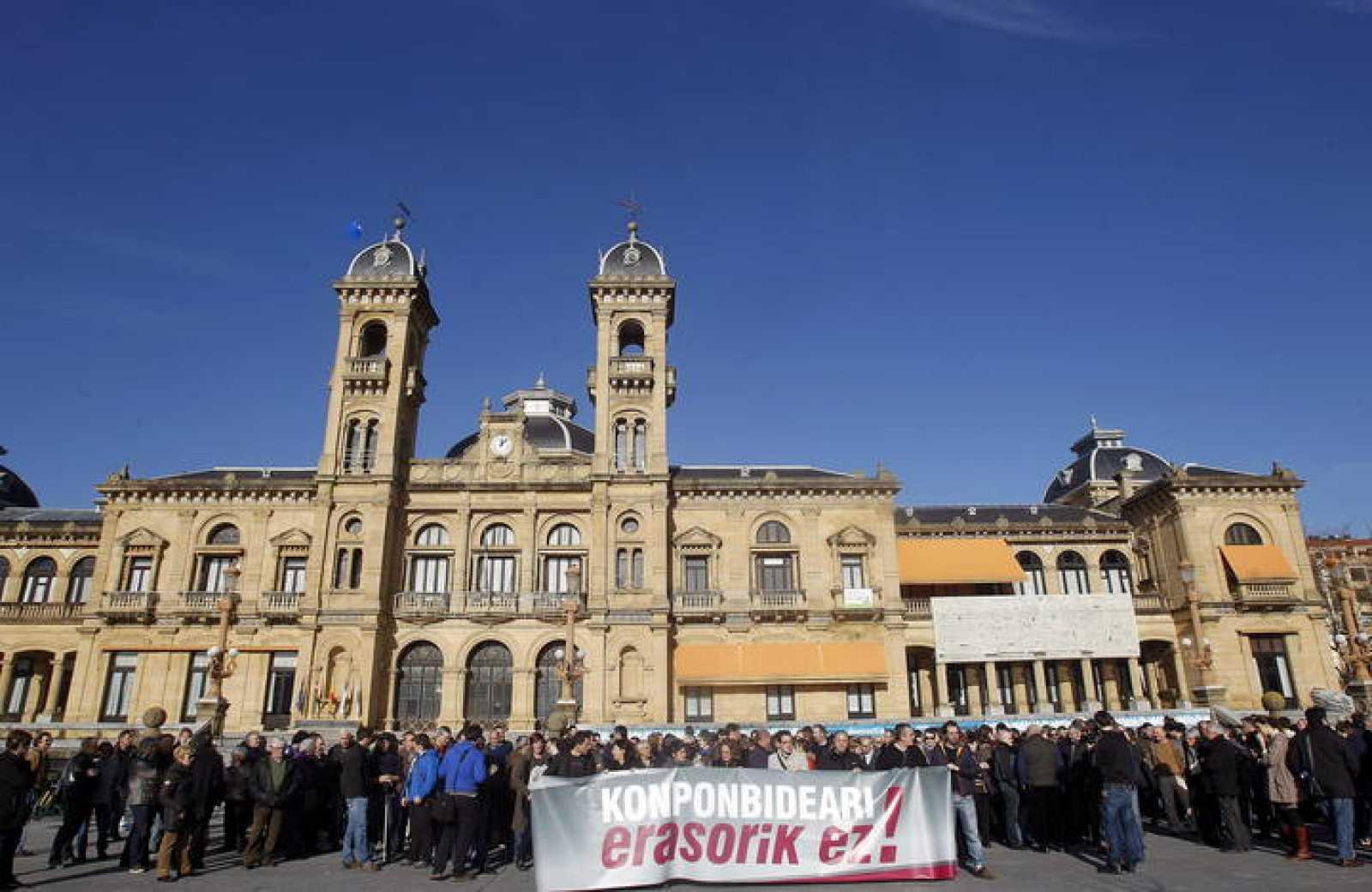 Los principales representantes institucionales de Gipuzkoa protestan contra la operación policial contra el grupo de enlace con los presos de ETA.