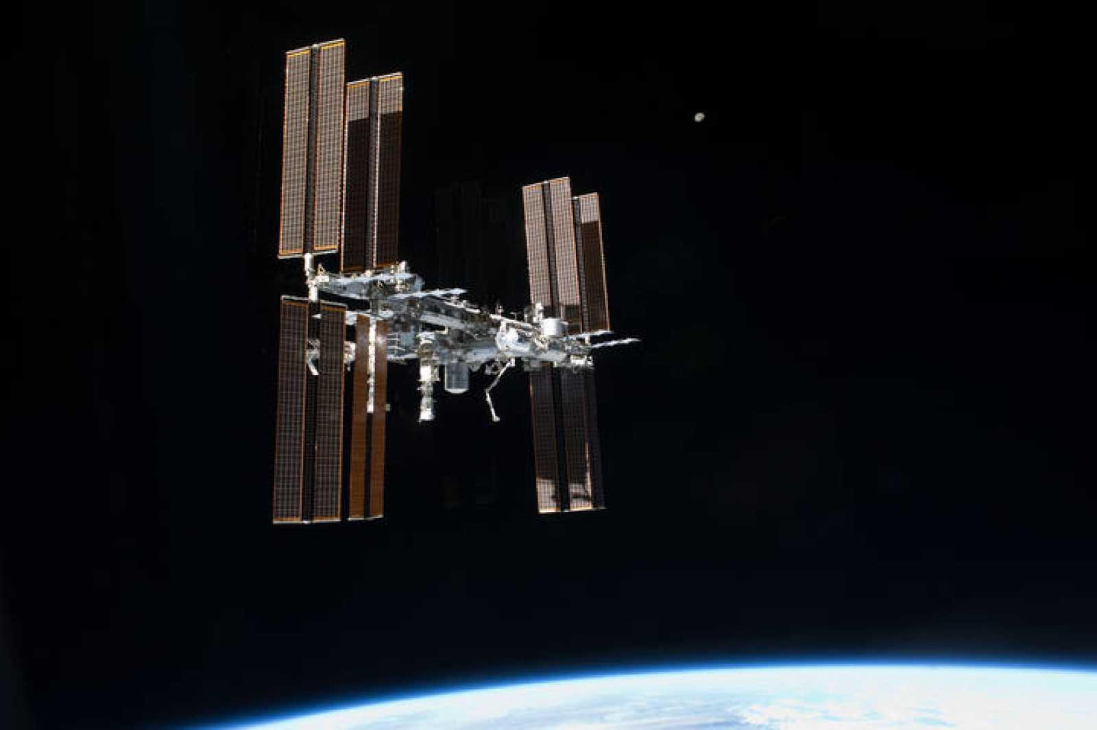 Configuración actual de la Estación Espacial Internacional desde el trasbordador espacial Atlantis.