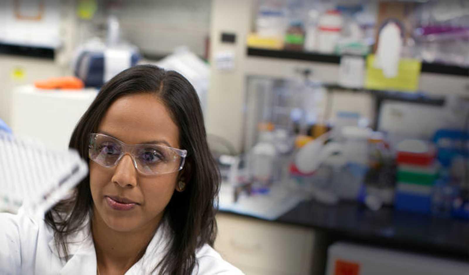 Técnica investigando en un laboratorio de Gilead.