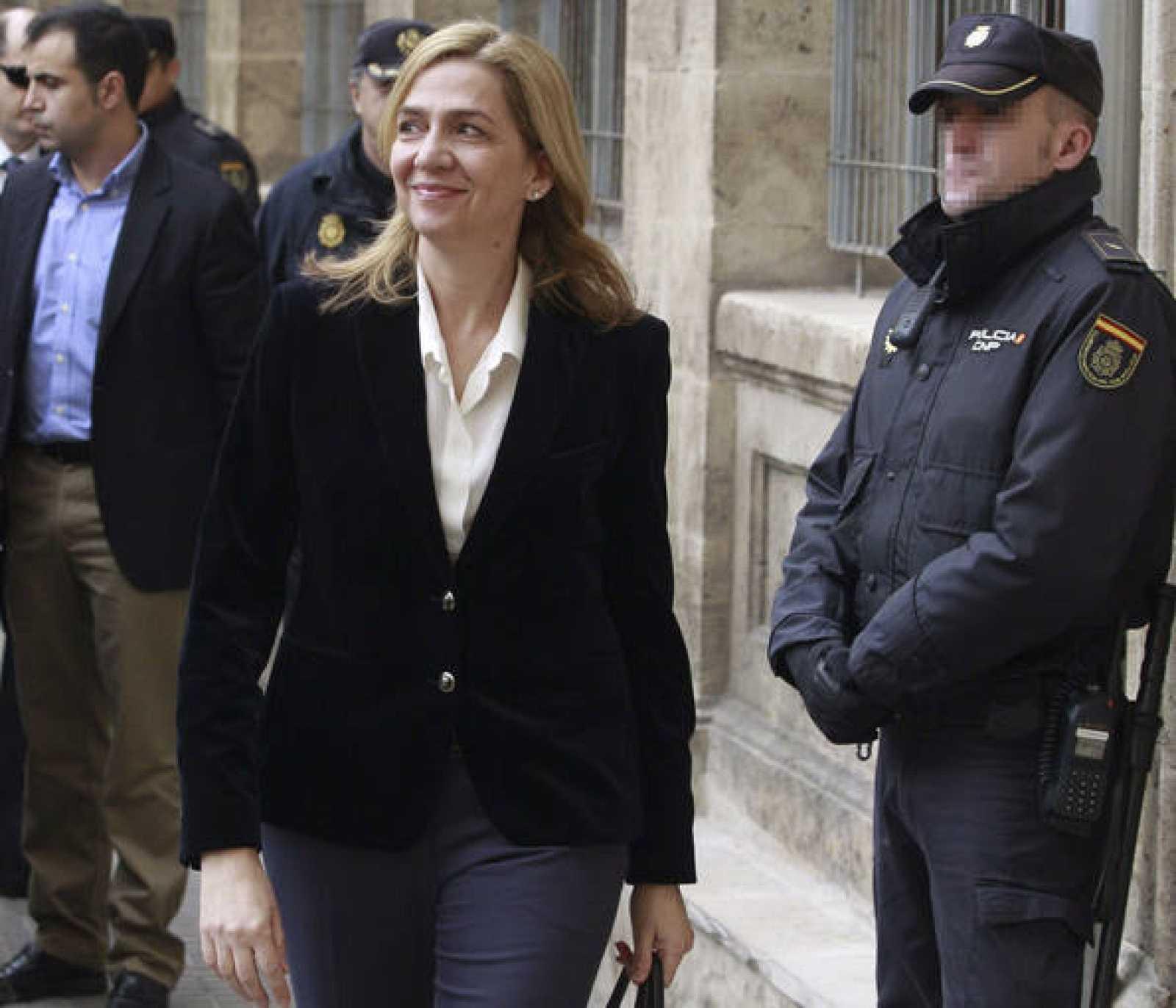 La infanta Cristina, a su llegada a los juzgados de Palma, donde ha sido citada para declarar como imputada en el caso Nóos a las 10:00 horas.