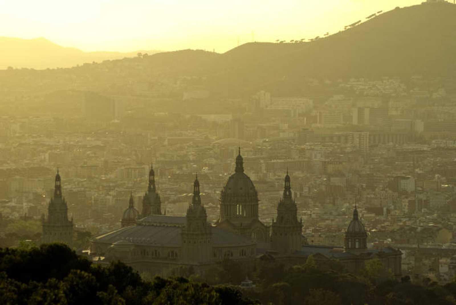 Contaminación en un atardecer en Barcelona.