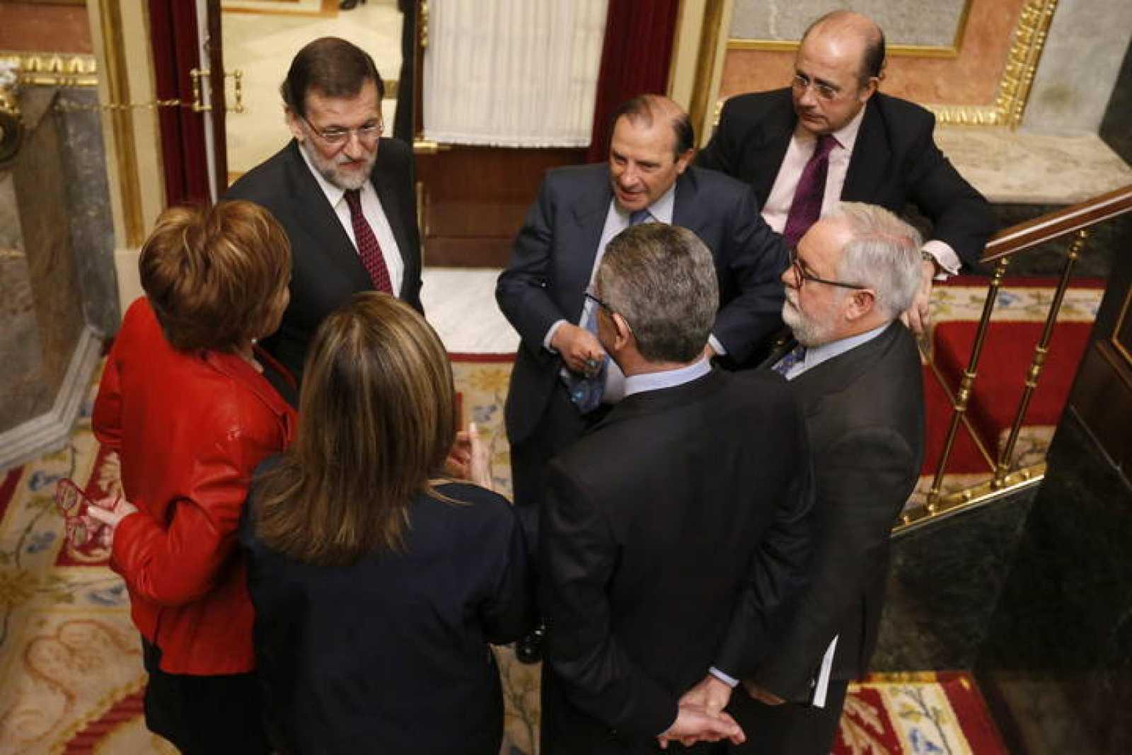 El presidente del Gobierno, Mariano Rajoy, con la vicepresidenta del Congresoy varios ministros, en el pleno del Congreso.