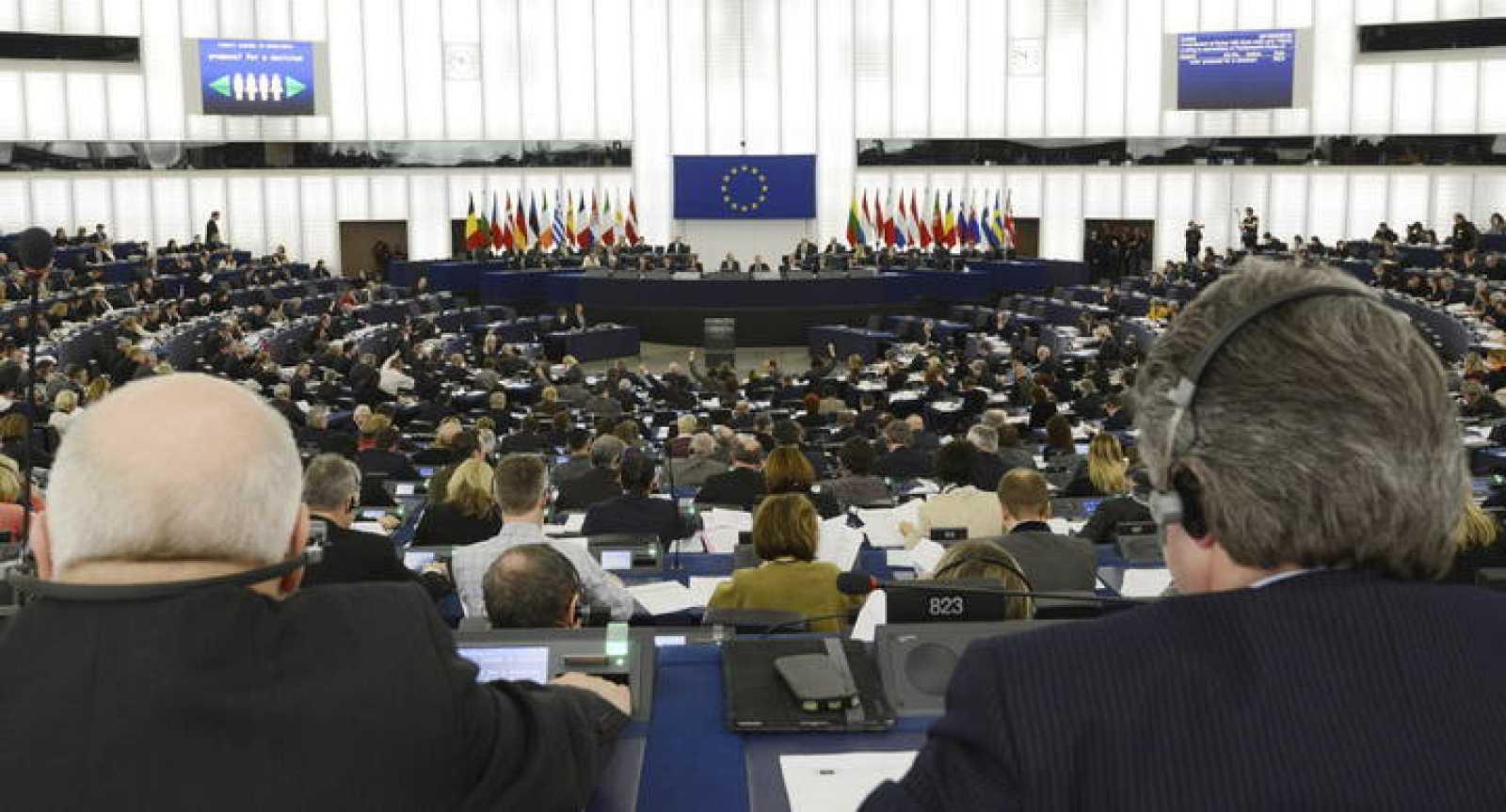 Diputados europeos asisten a una sesión plenaria del Parlamento Europeo en Estrasburgo (Francia)