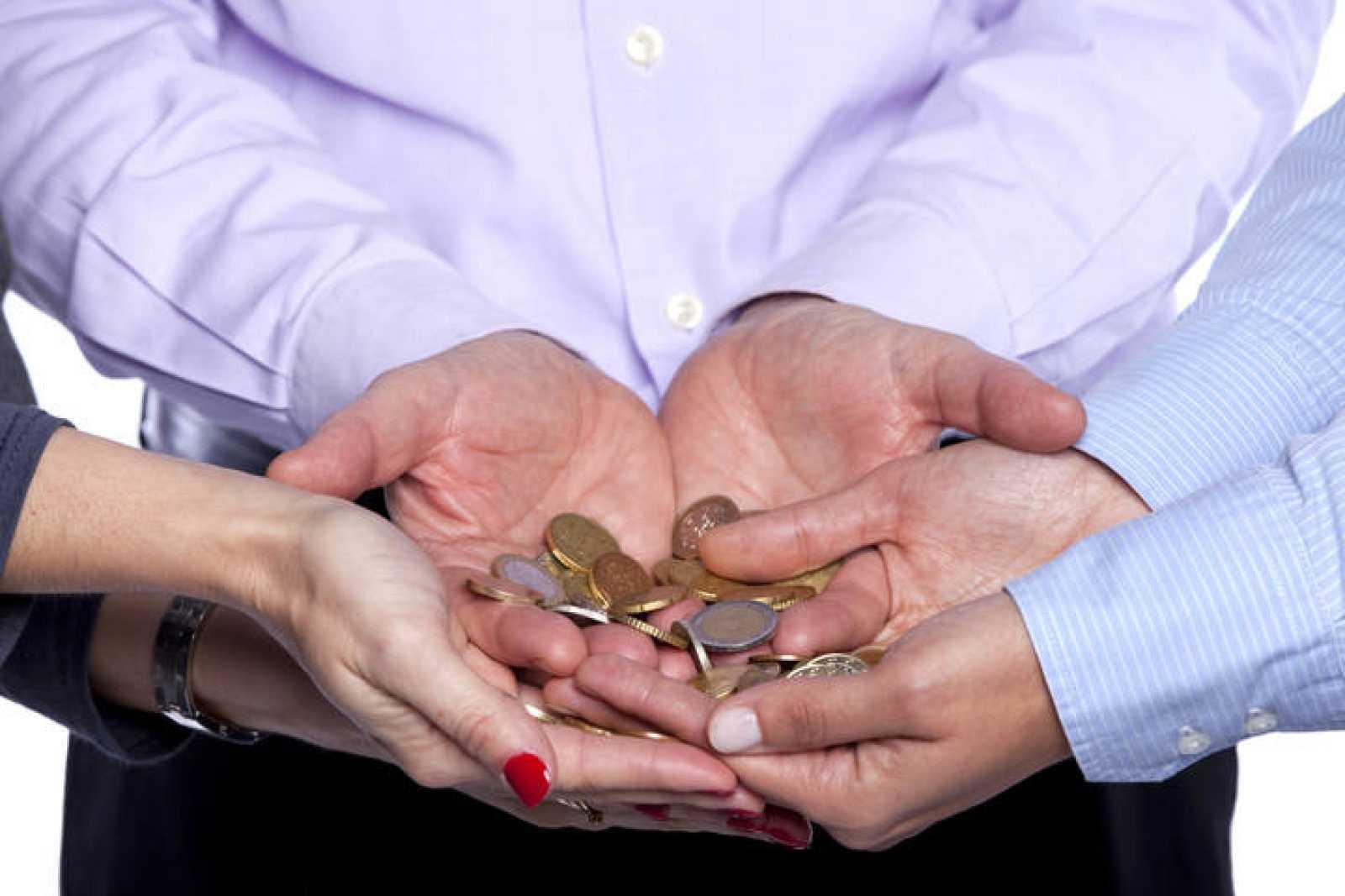 Un grupo de personas reuniendo dinero.