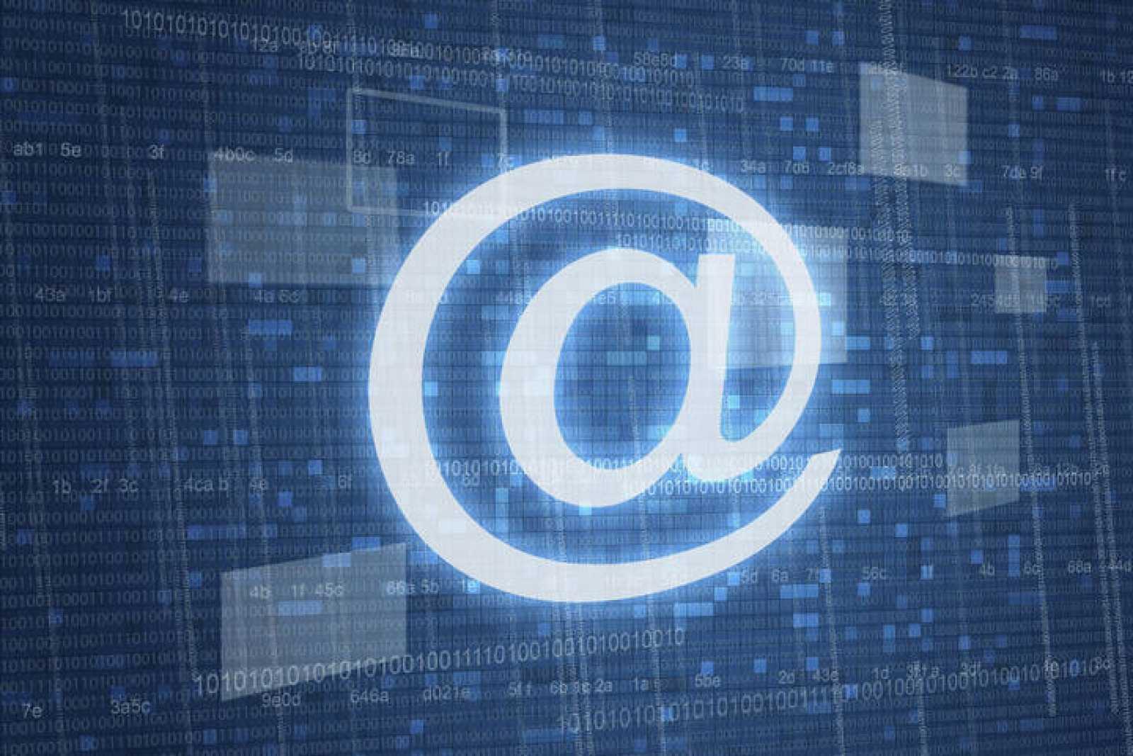 El símbolo de la arroba con fondo digital.
