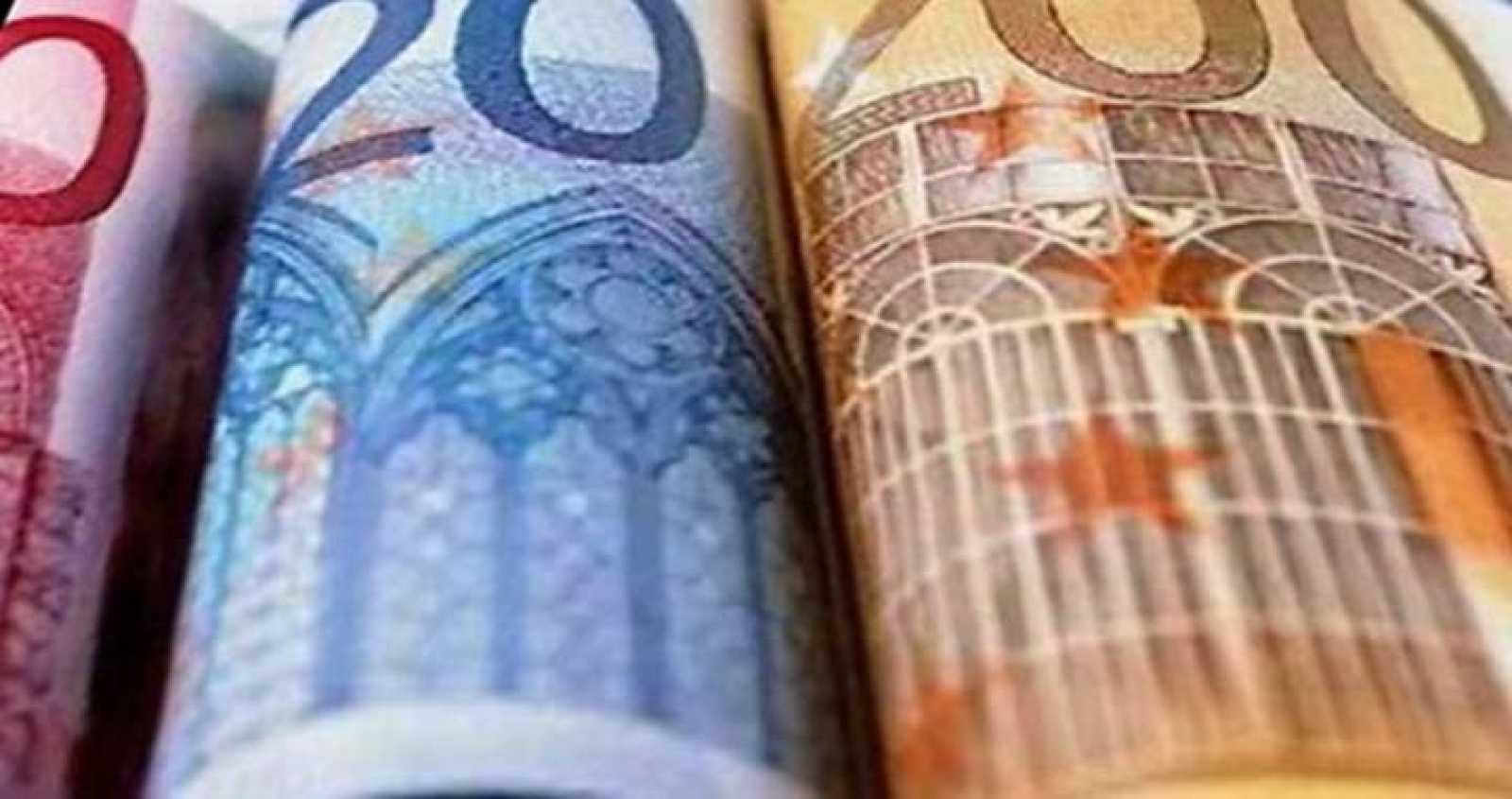 Varios billetes de euro ordenados