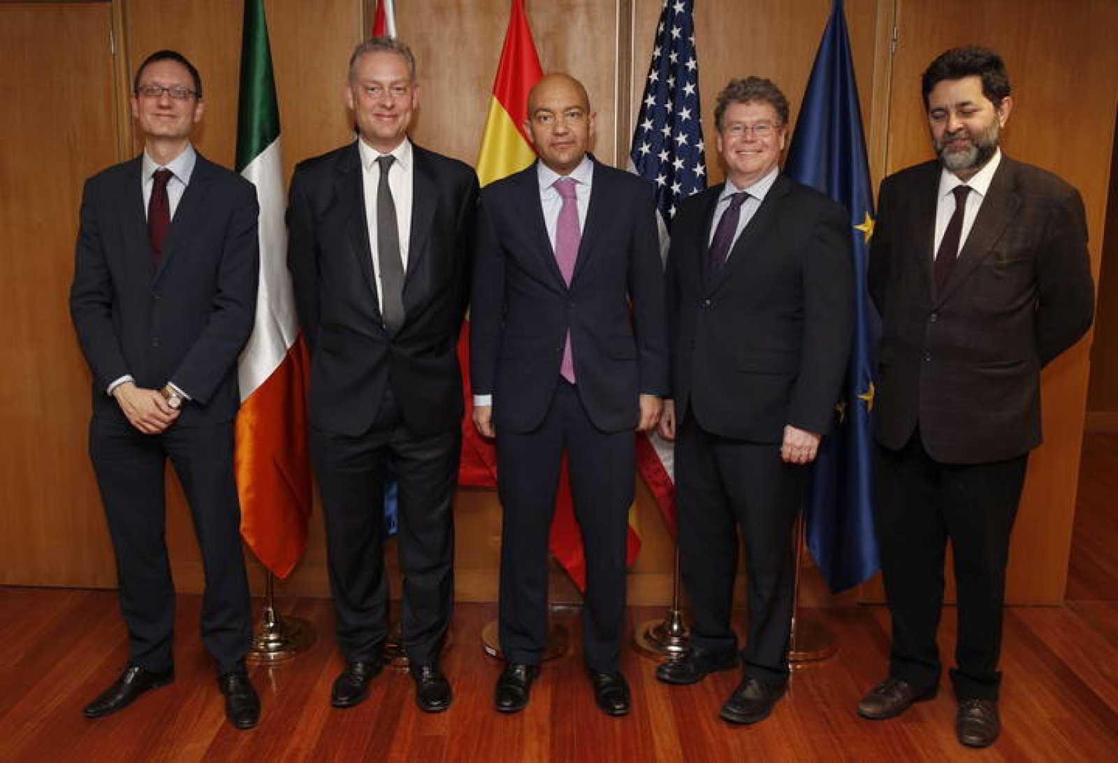 El jefe negociador de EE.UU., Dan Mullaney, y su homólogo de la UE, Ignacio García Bercero, a la derecha de la fotografía, junto al secretario de Estado de Comercio, Jaime García-Legaz