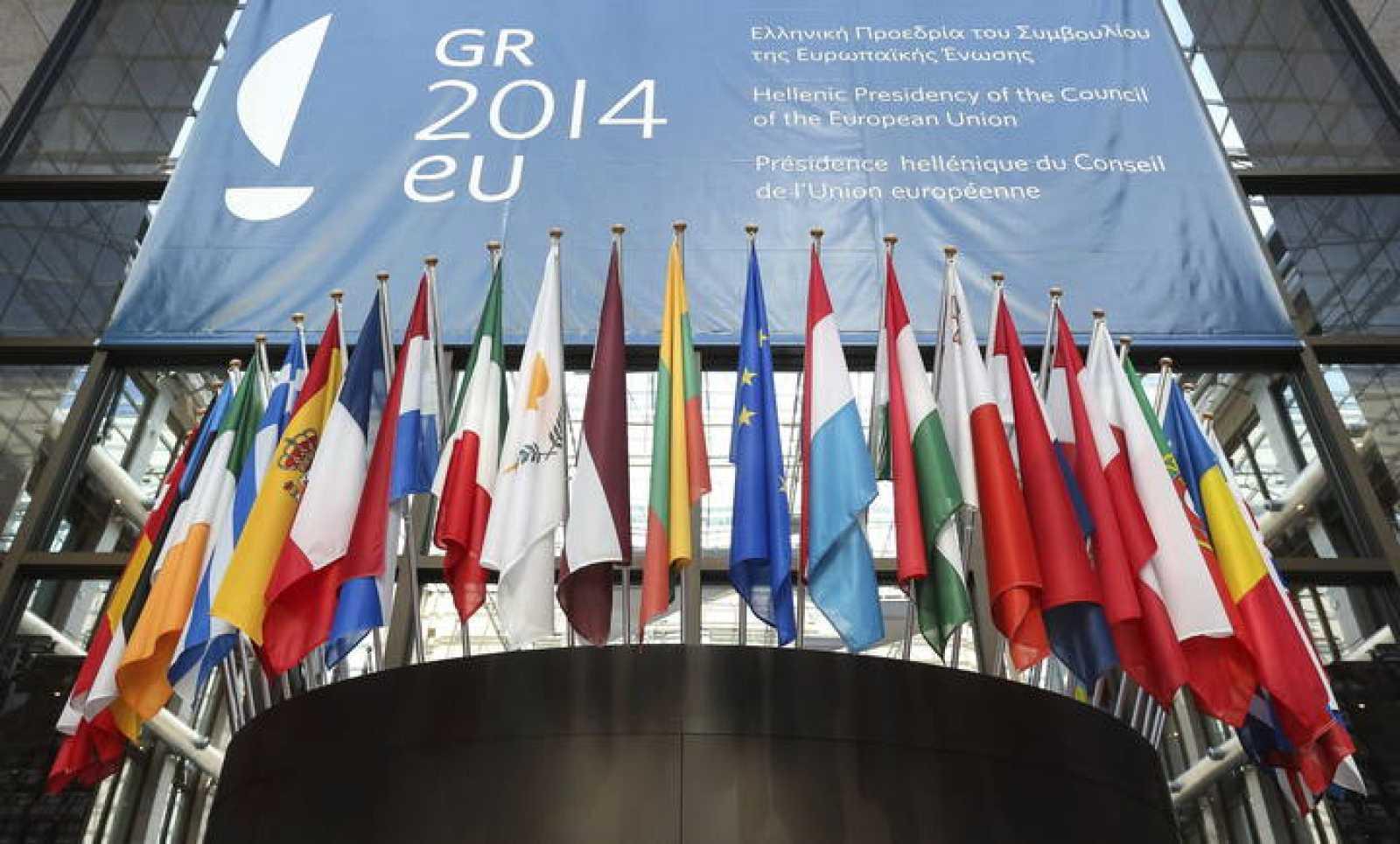 Las banderas de los países miembros de la Unión Europea ondean en la entrada principal del edificio del Consejo Europeo en Bruselas.