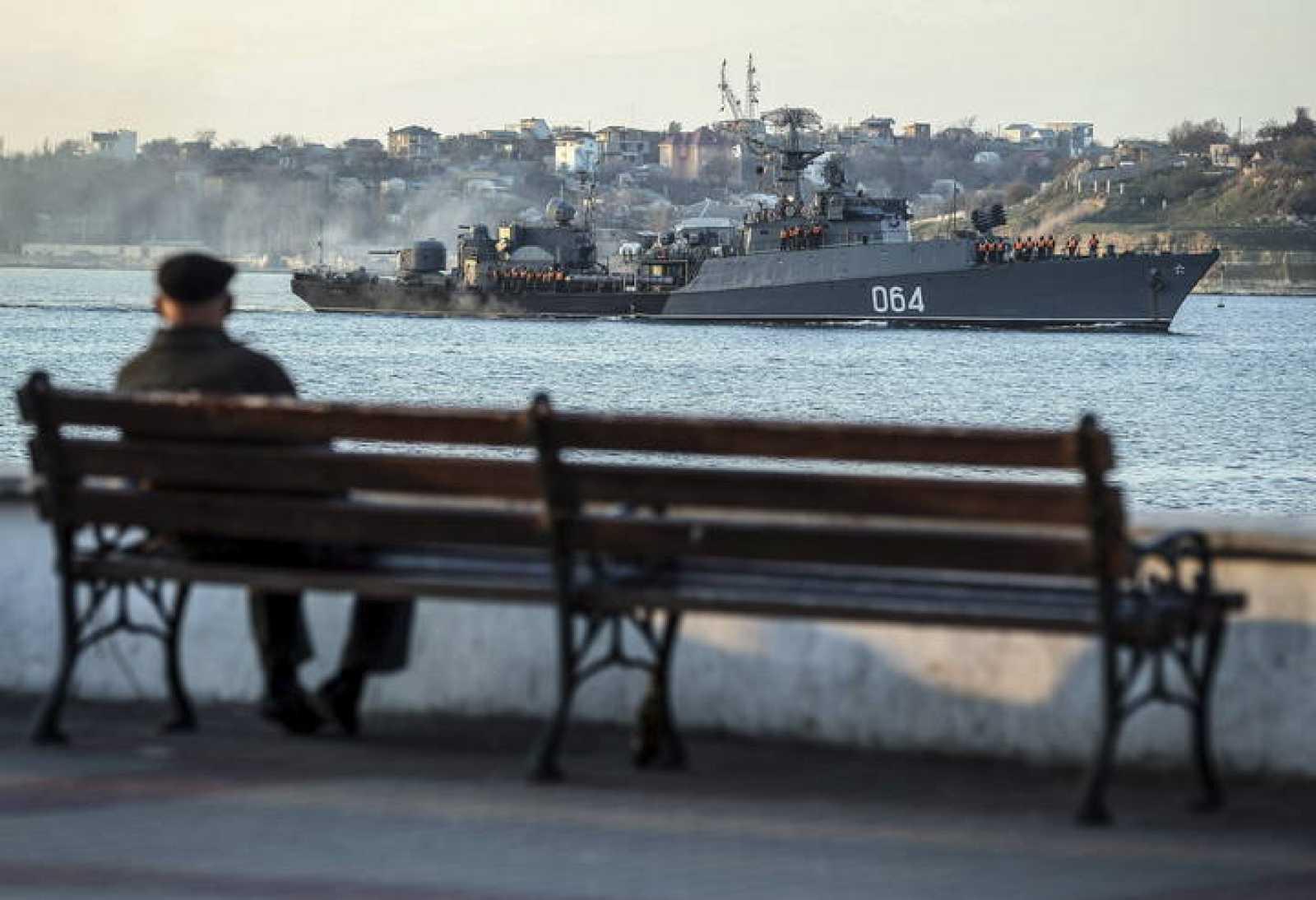 El buque antisubmarino ruso Muromets navega junto a la bahía de la ciudad crimea de Sebastopol