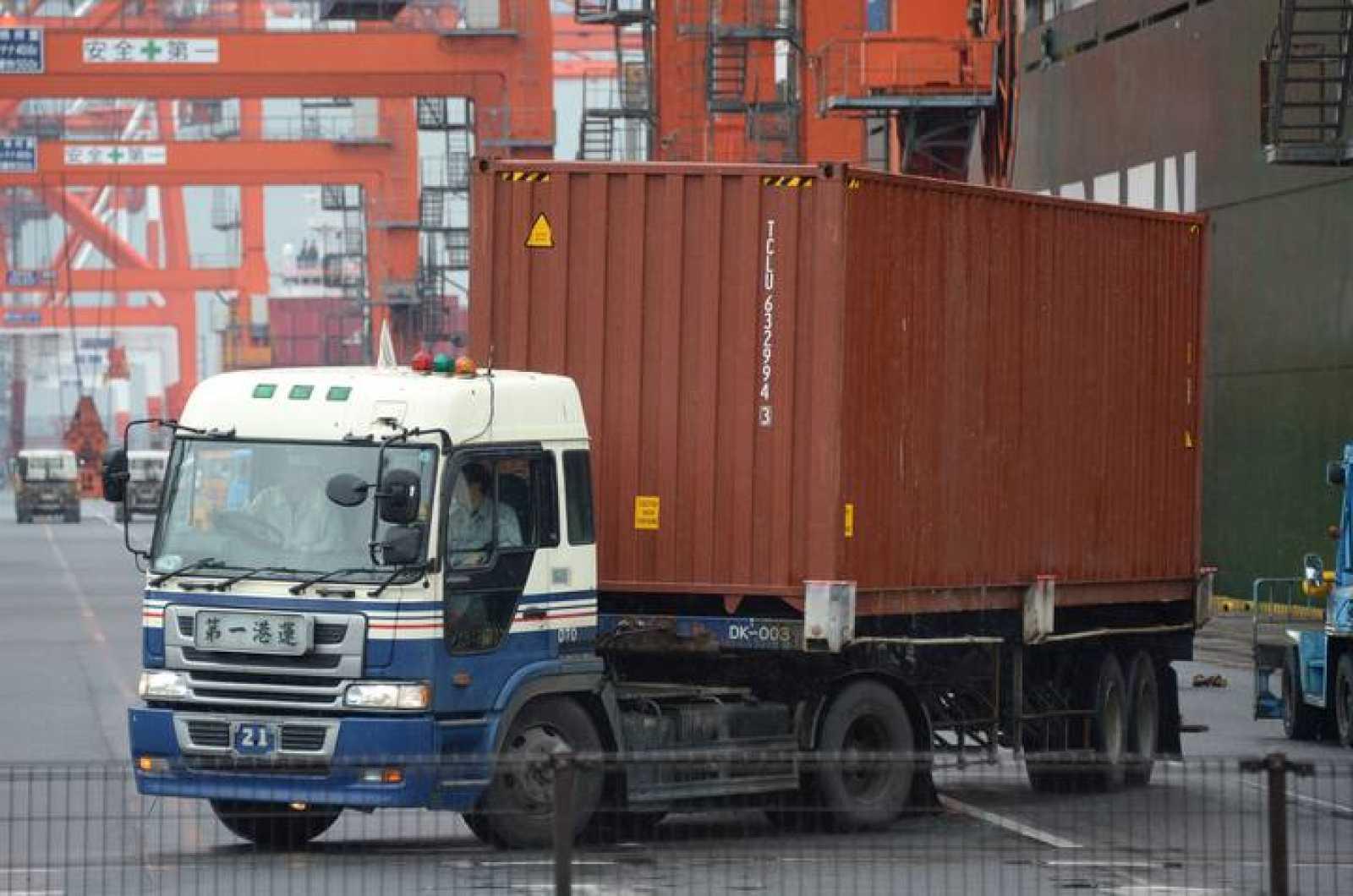 Un camión descarga uno de los barcos del puerto de Tokio