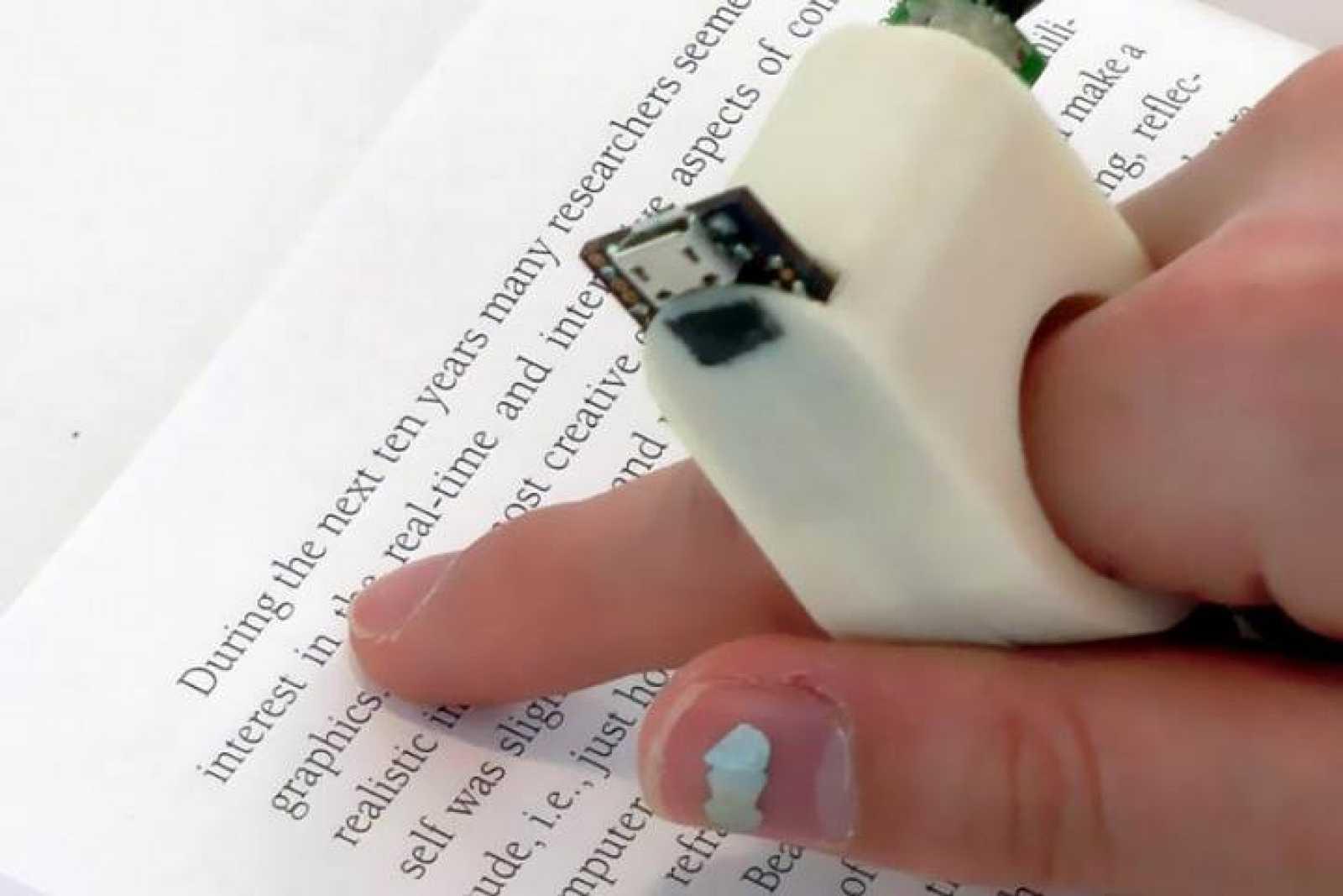 Ejemplo de uso de FingerReader, el anillo que permite leer a los ciegos.