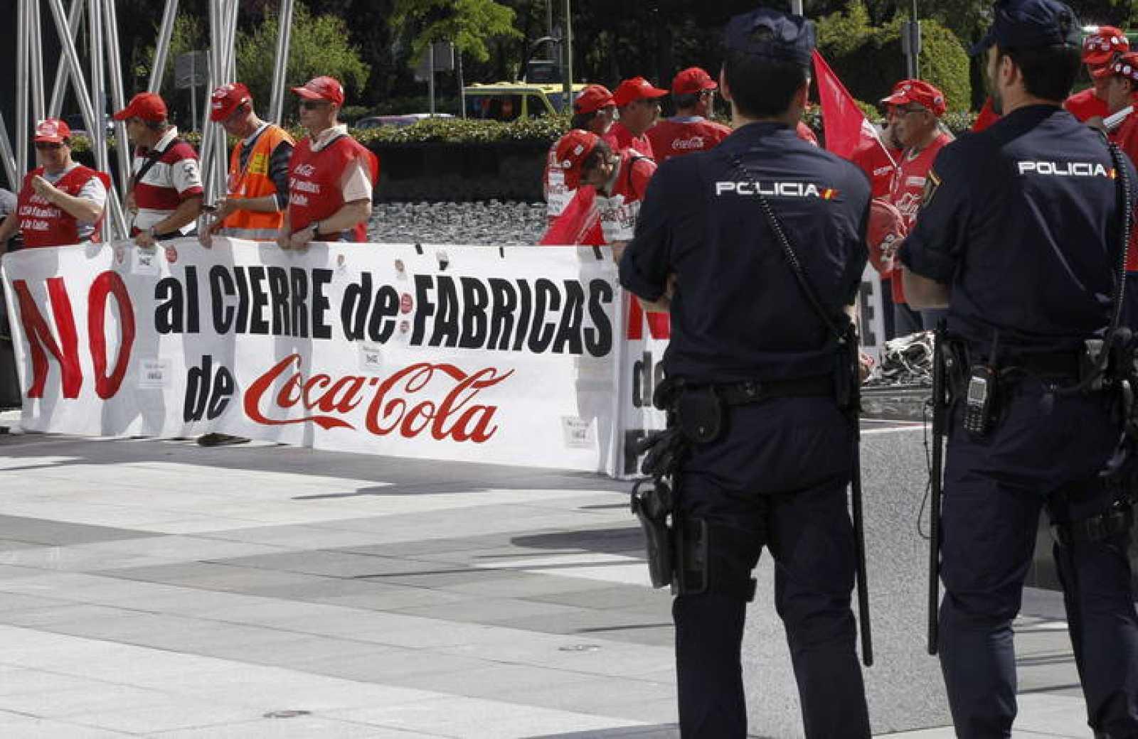 Momento de la concentración de los trabajadores de las embotelladoras de Coca-Cola en el Paseo de la Castellana de Madrid