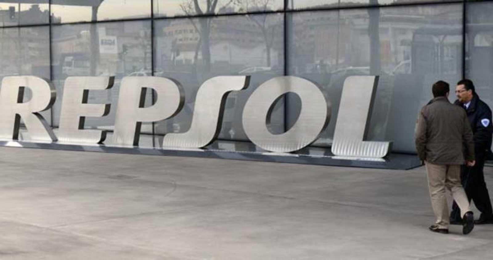 Puerta principal de la sede de Repsol en Madrid