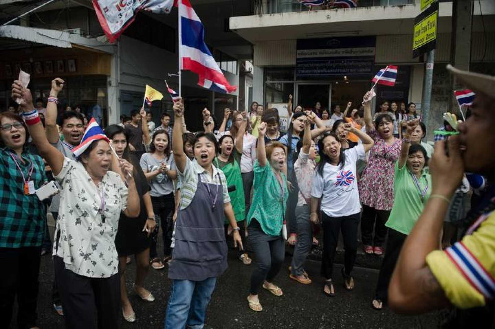 Manifestantes antigubernamentales en Tailandia celebran el fallo del Tribunal Constitucional que ordena el cese de la primera ministra, Yingluck Shinawatra