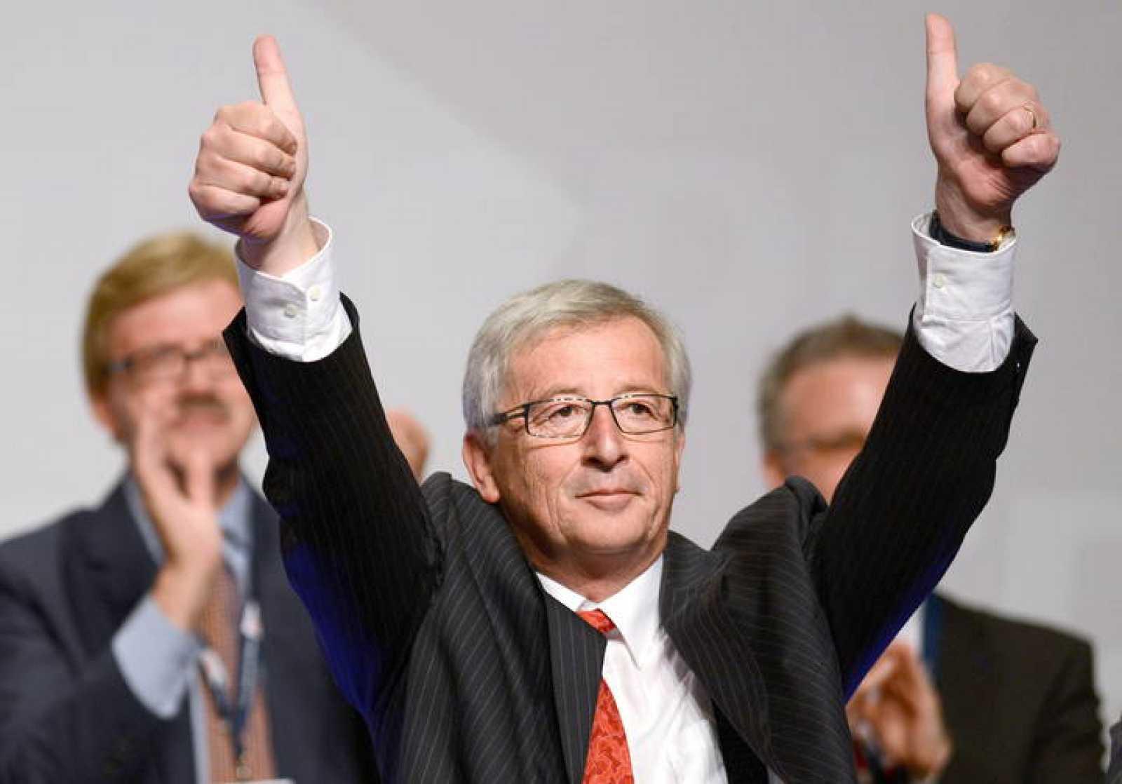 El luxemburgués Jean-Claude Juncker eleva los pulgares en un discurso en una convención de la CDU alemana.