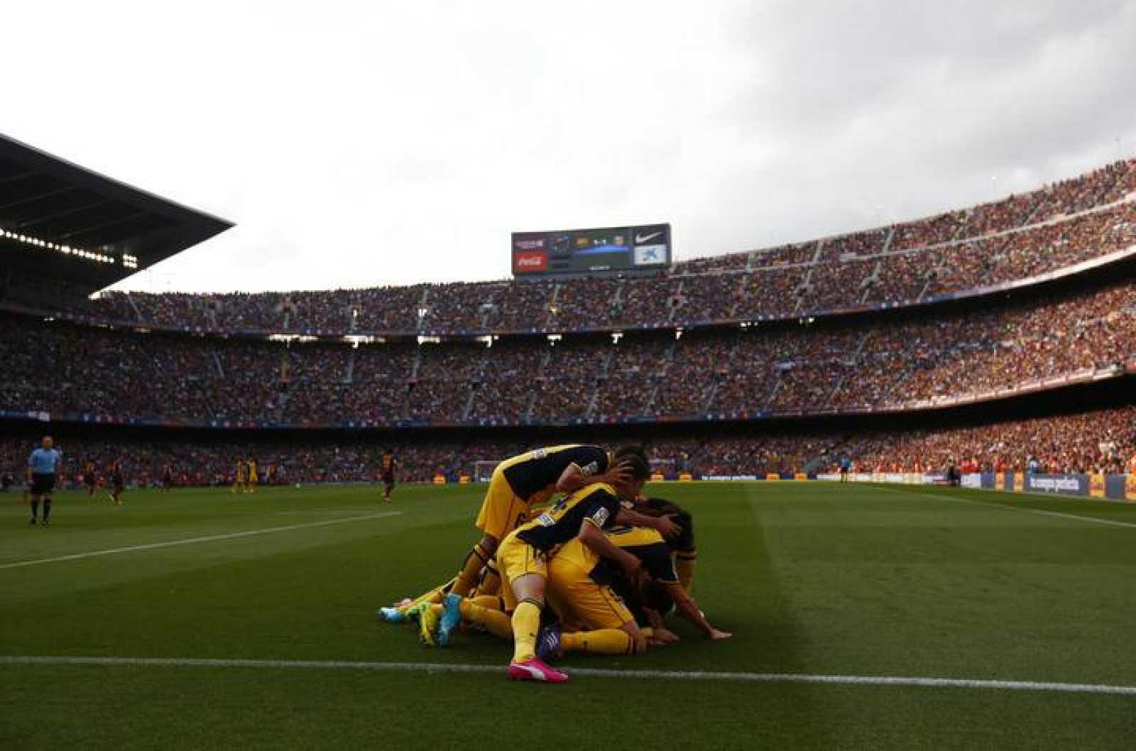 Los jugadores del Atlético celebran el gol de Godín en el Camp Nou ante el Barça
