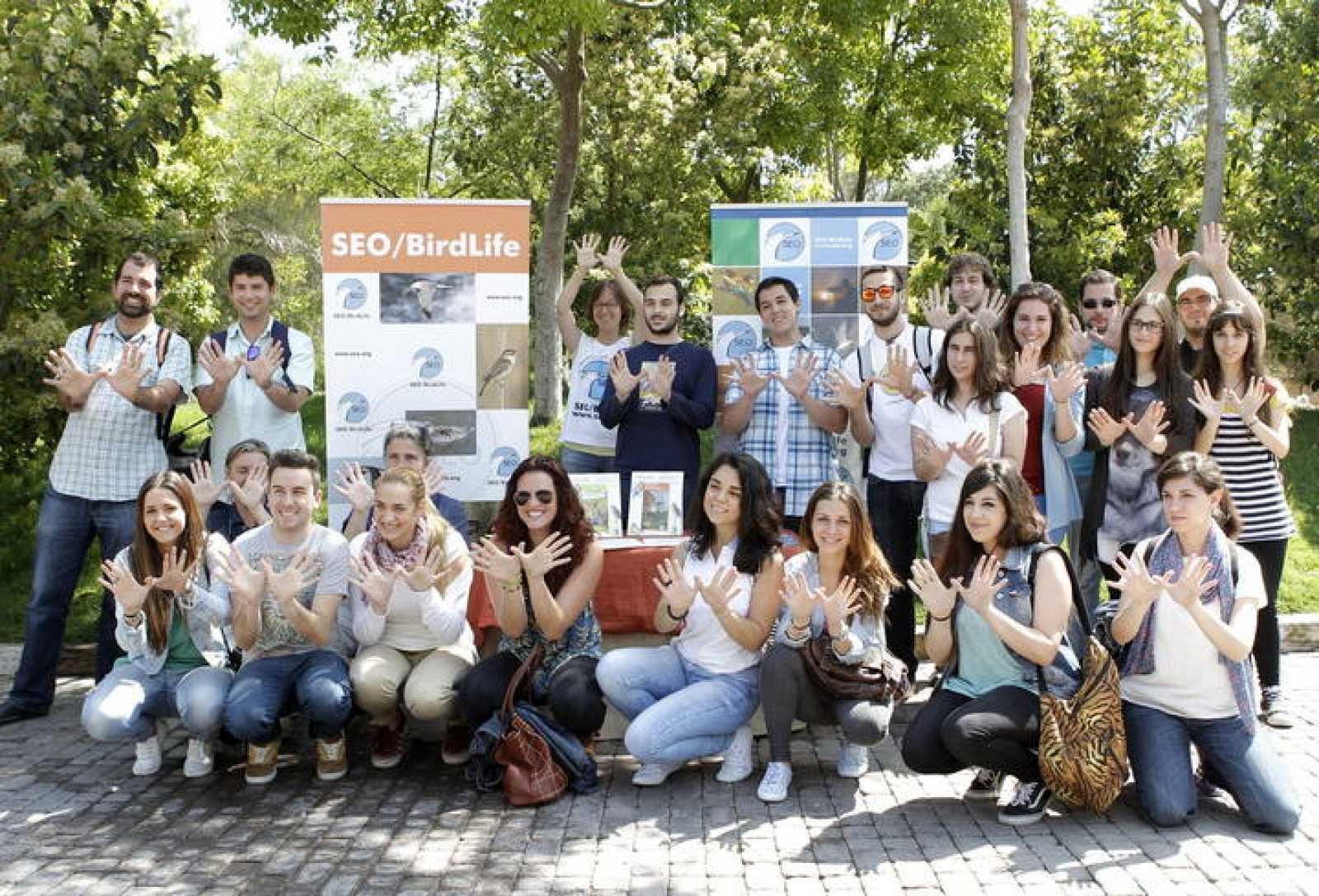 Estudiantes de veterinaria hacen el gesto de la mariposa por el Día Europeo de la Red Natura 2000 en el Bioparc de Valencia.