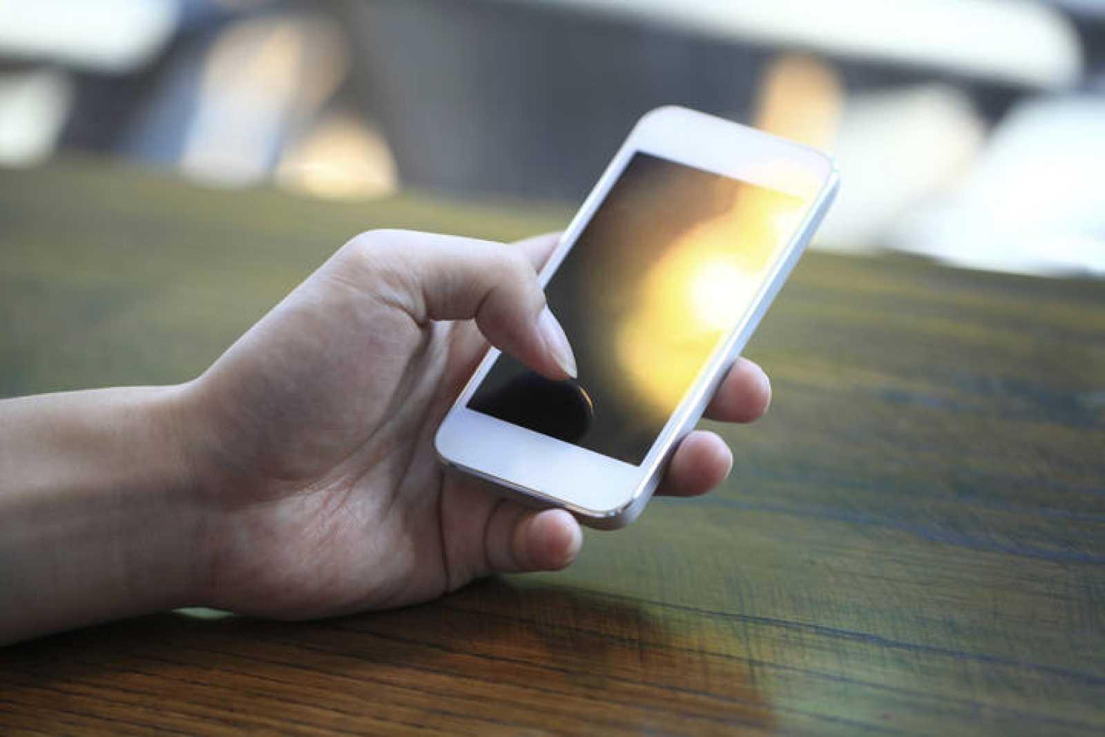 Un usuario con su teléfono móvil