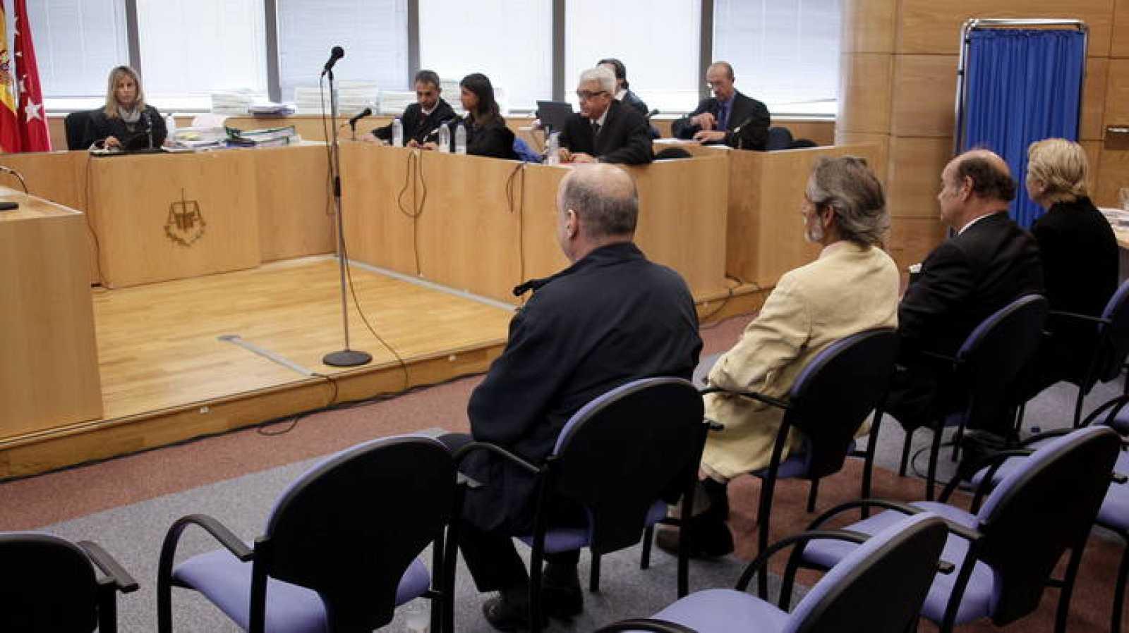 Rafael Chacón (de espaldas-i), fabricante del Bio-Bac, en el juicio contra él.