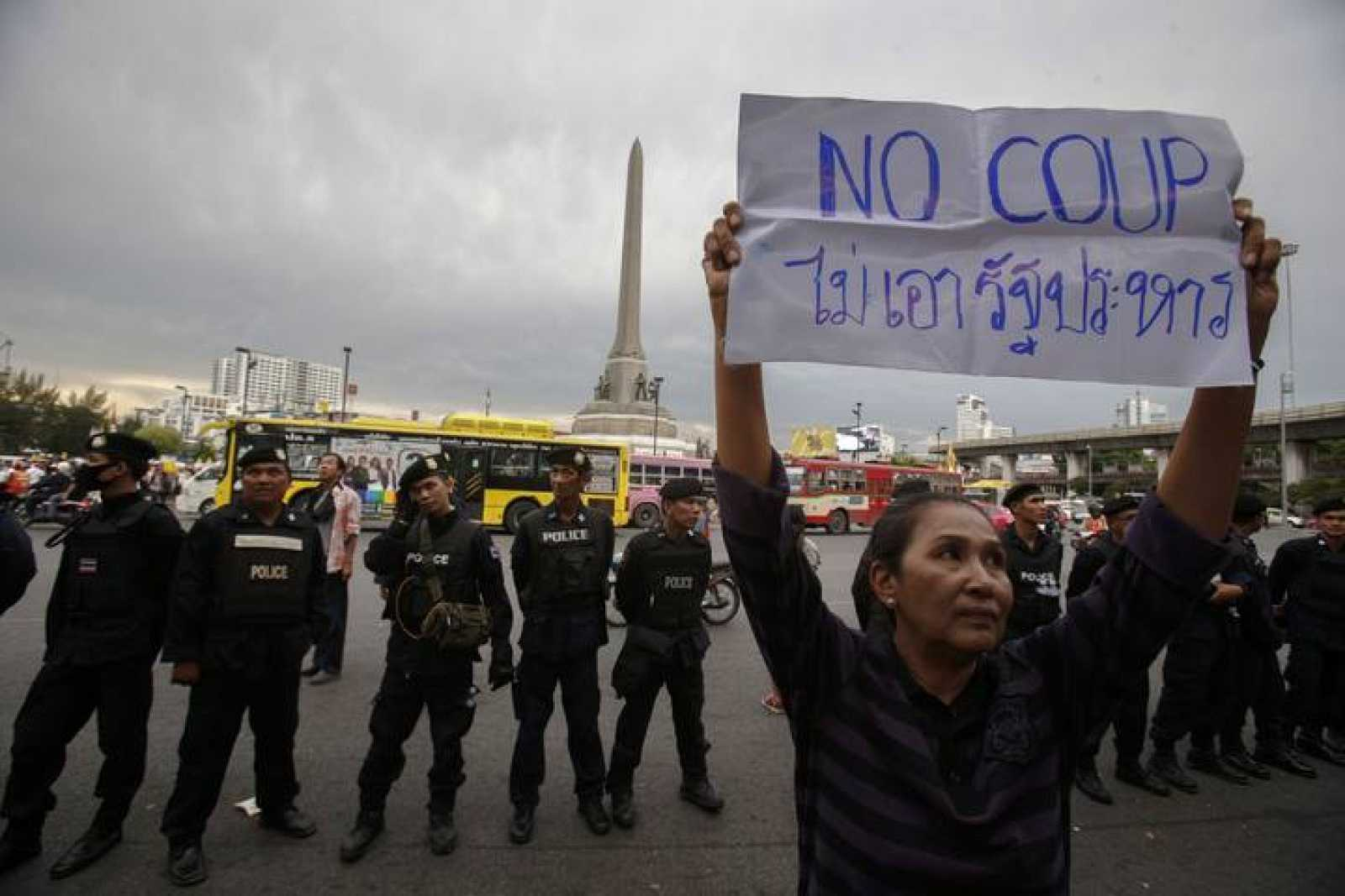 Manifestante antigolpe en Bangkok, Tailandia