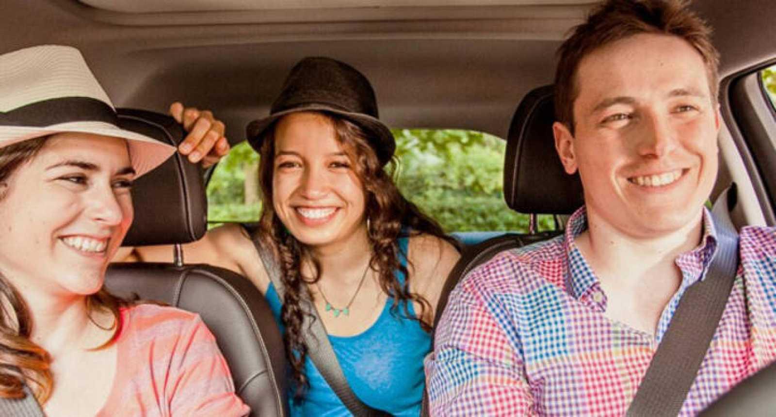 Un grupo de desconocidos comparte los gastos de un trayecto en coche.
