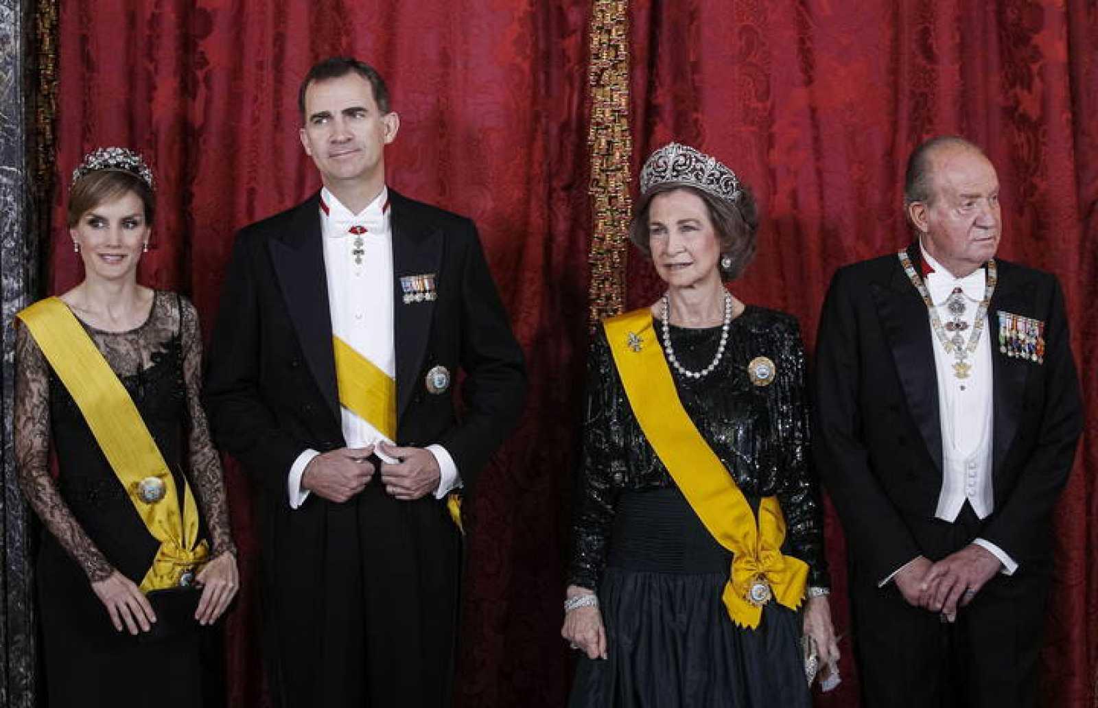 El rey Juan Carlos y la reina Sofía junto a los príncipes de Asturias, futuros reyes Felipe y Letizia.