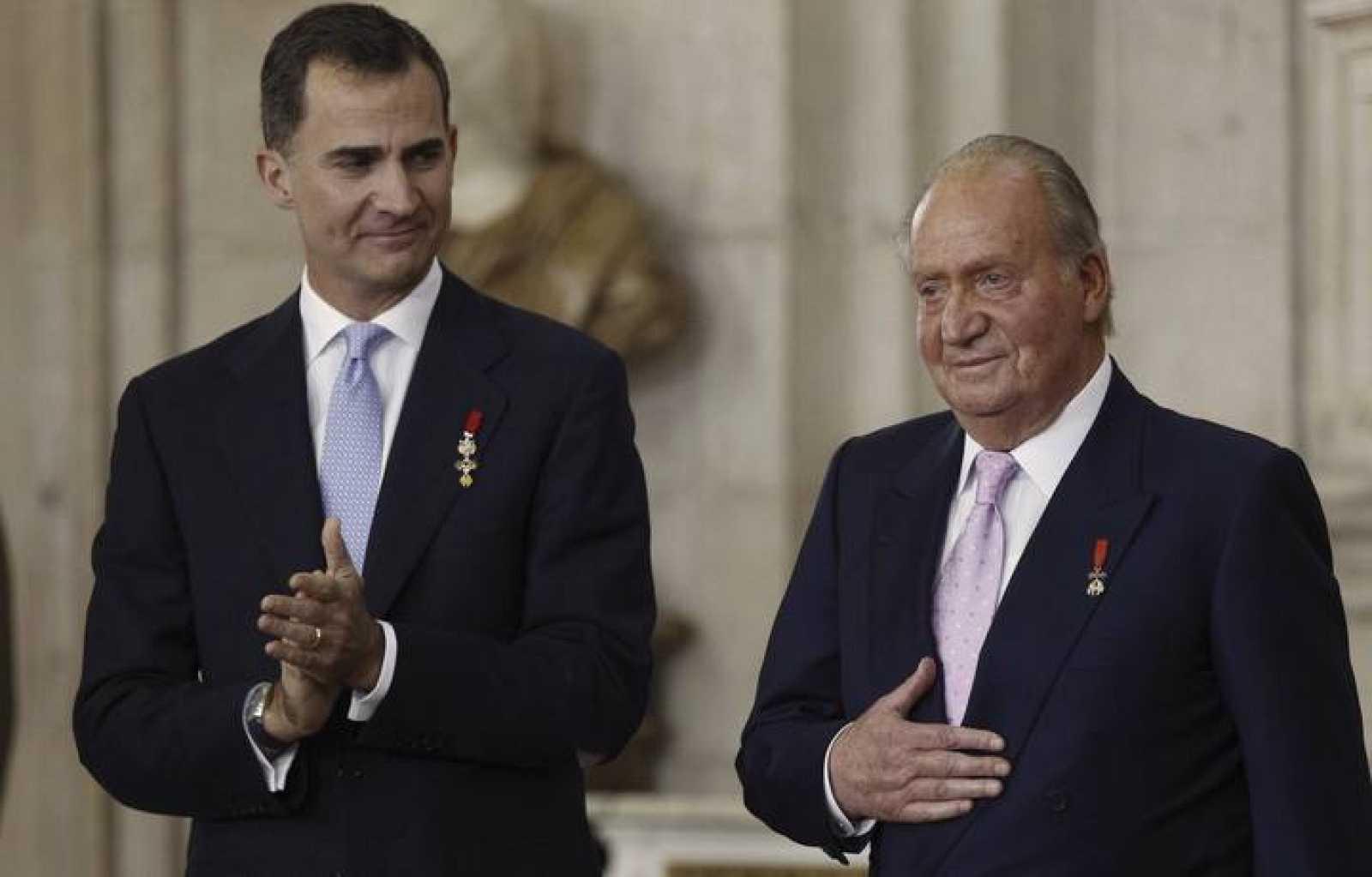 Don Juan Carlos junto a su hijo, tras firmar la ley de abdicación de la Corona
