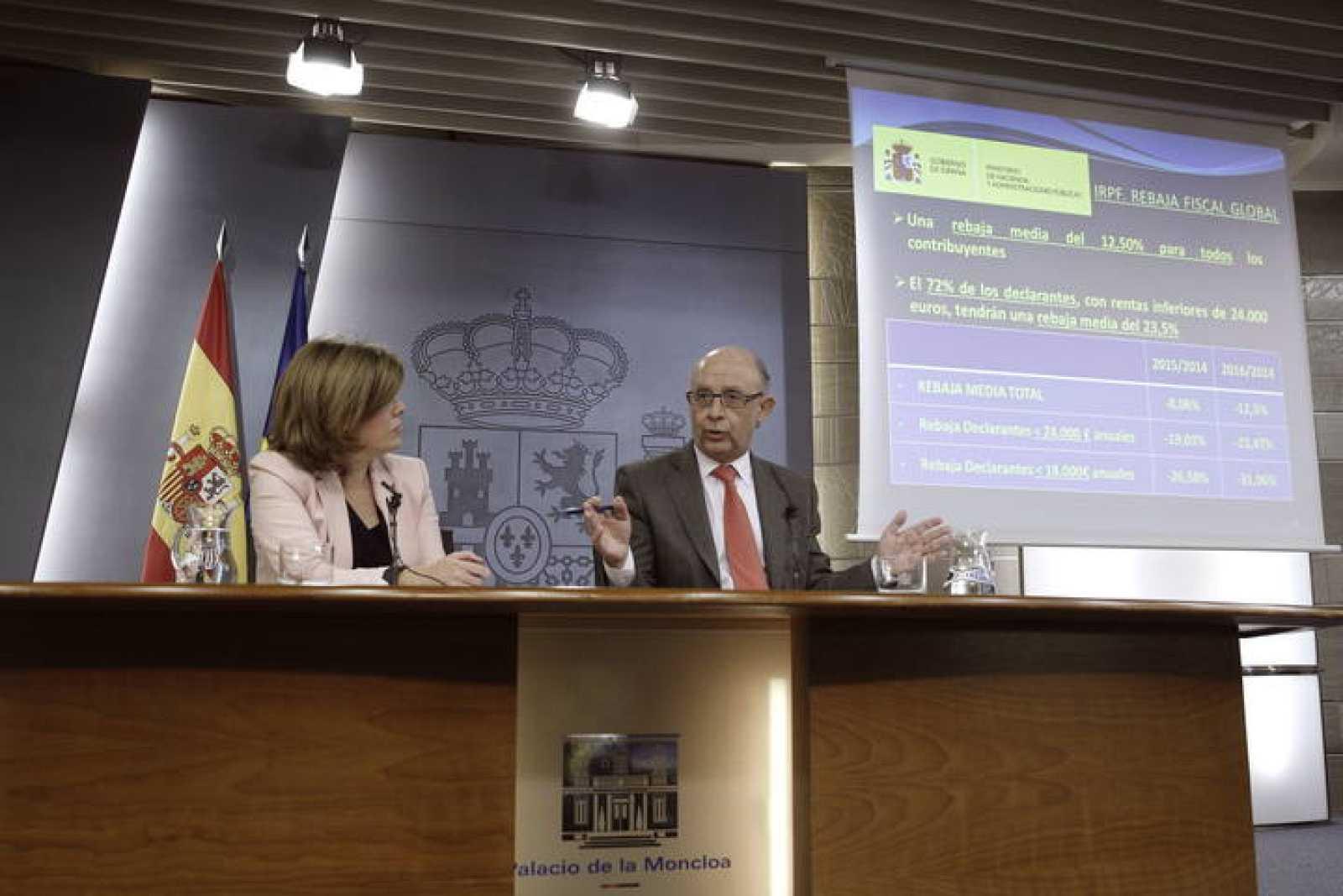 La vicepresidenta del Gobierno, Soraya Sáenz de Santamaría, y el ministro de Hacienda, Cristóbal Montoro, durante la rueda de prensa tras la reunión del Consejo de Ministros que ha aprobado la reforma fiscal