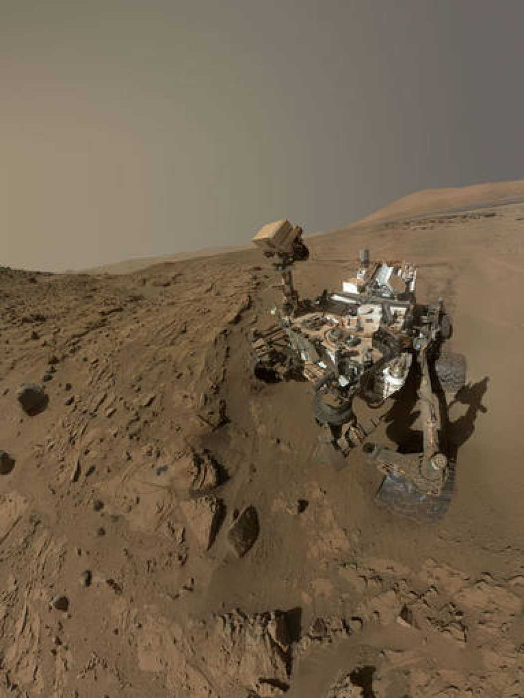 Autofoto del robot Curiosity tomada cuando perforó una roca de arena llamada Windjana.