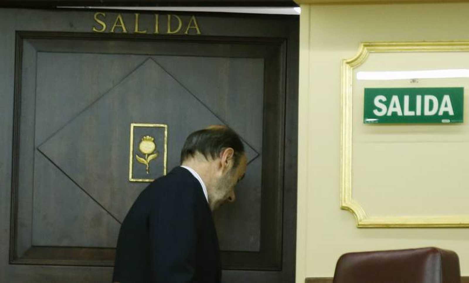 Alfredo Pérez Rubalcaba cruza una puerta en el Congreso tras su anuncio de que dejará la vida política