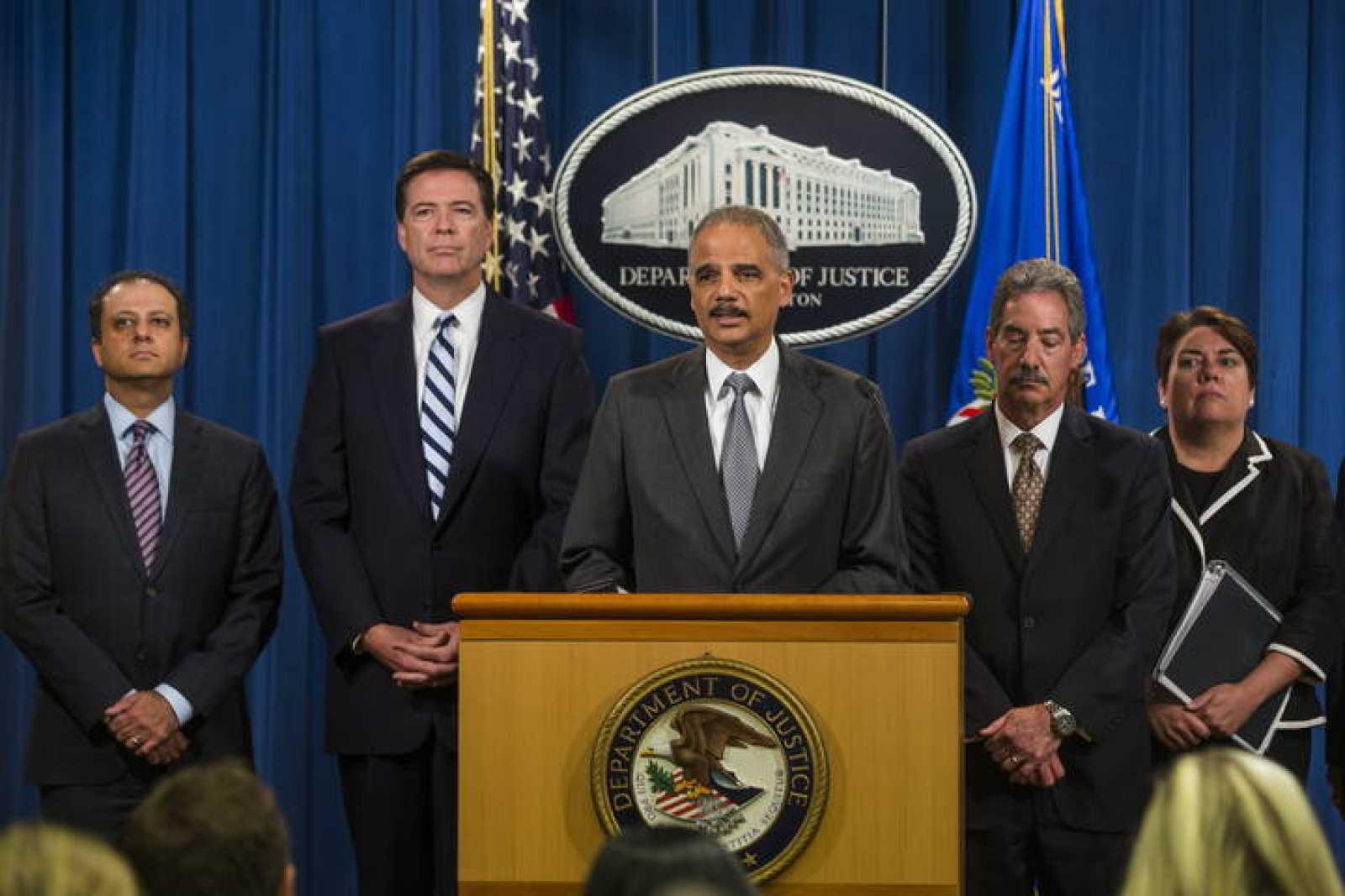 El fiscal general de EEUU, Eric Holder, habla en el Departamento de Justicia de EEUU anuncia la multa en rueda de prensa.