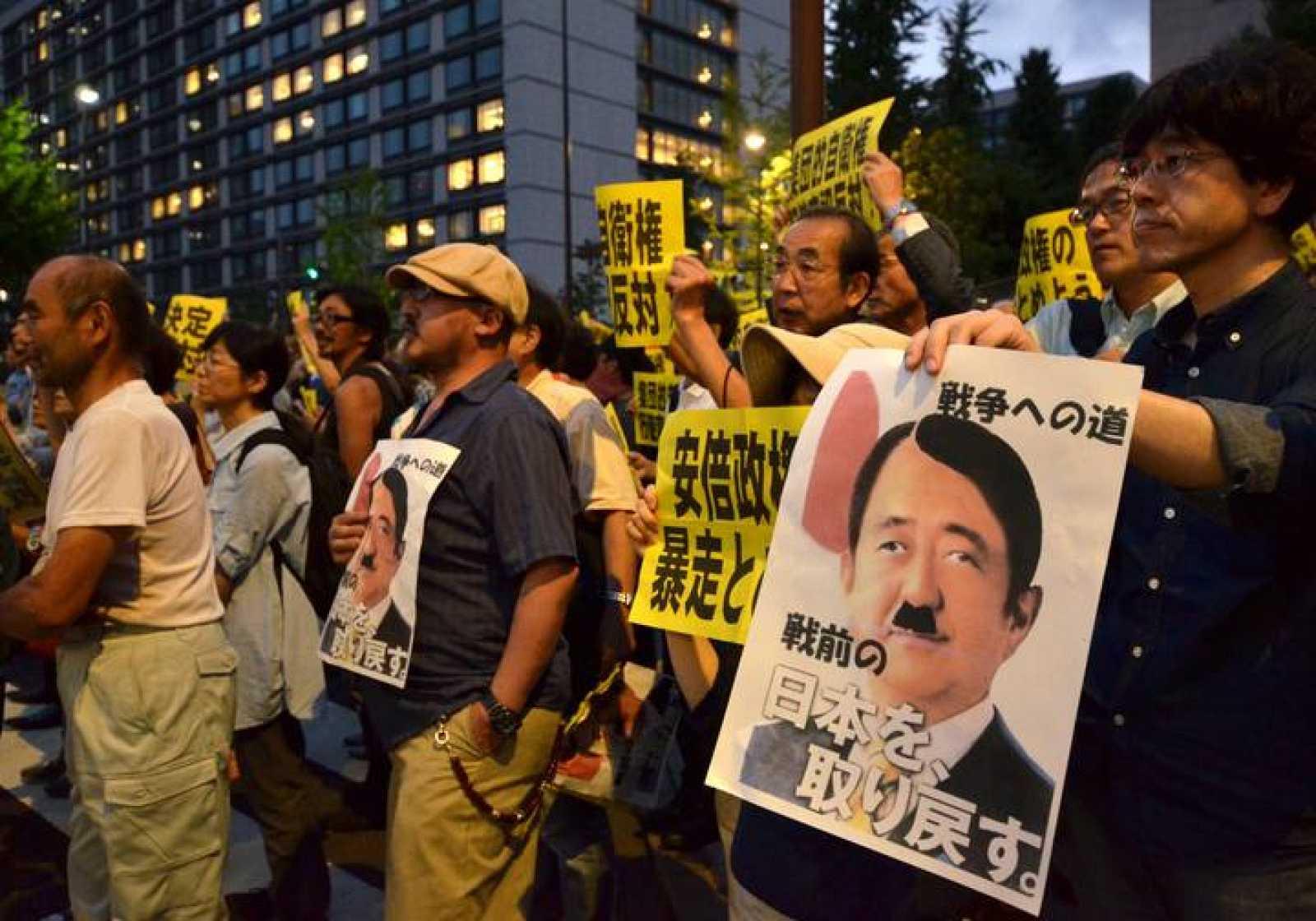 Manifestación en Tokio contra la decisión del primer ministro, Shinzo Abe, de cambiar la Constitución