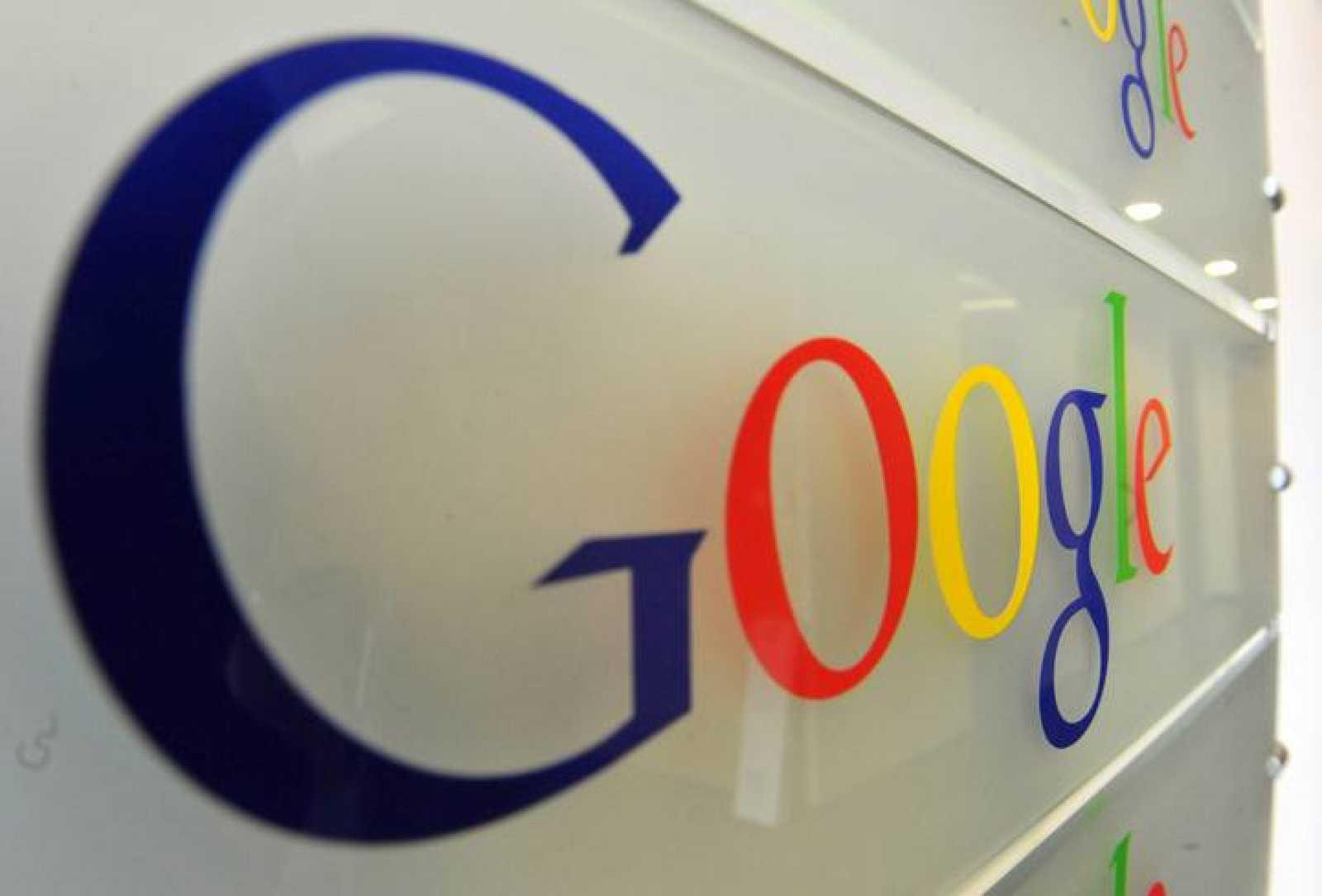 El logotipo de Google en una pared en la entrada de la sede de la empresa en Bruselas.