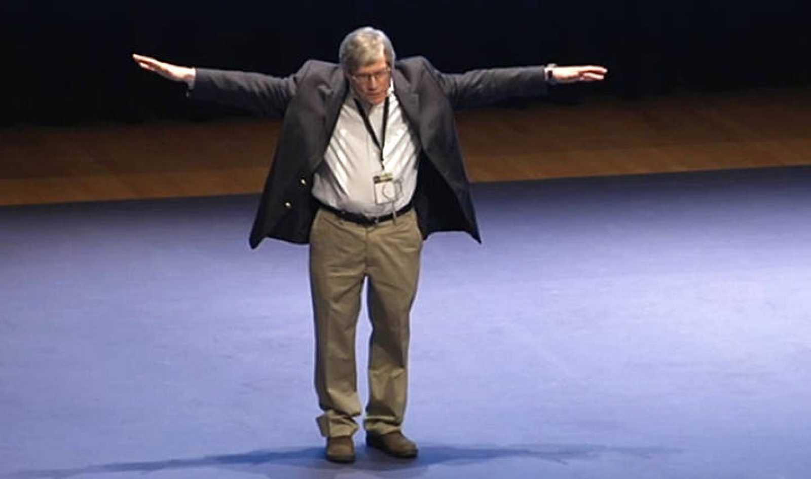 Alan Gurth durante su conferencia en el Congreso ICHEP 2014.