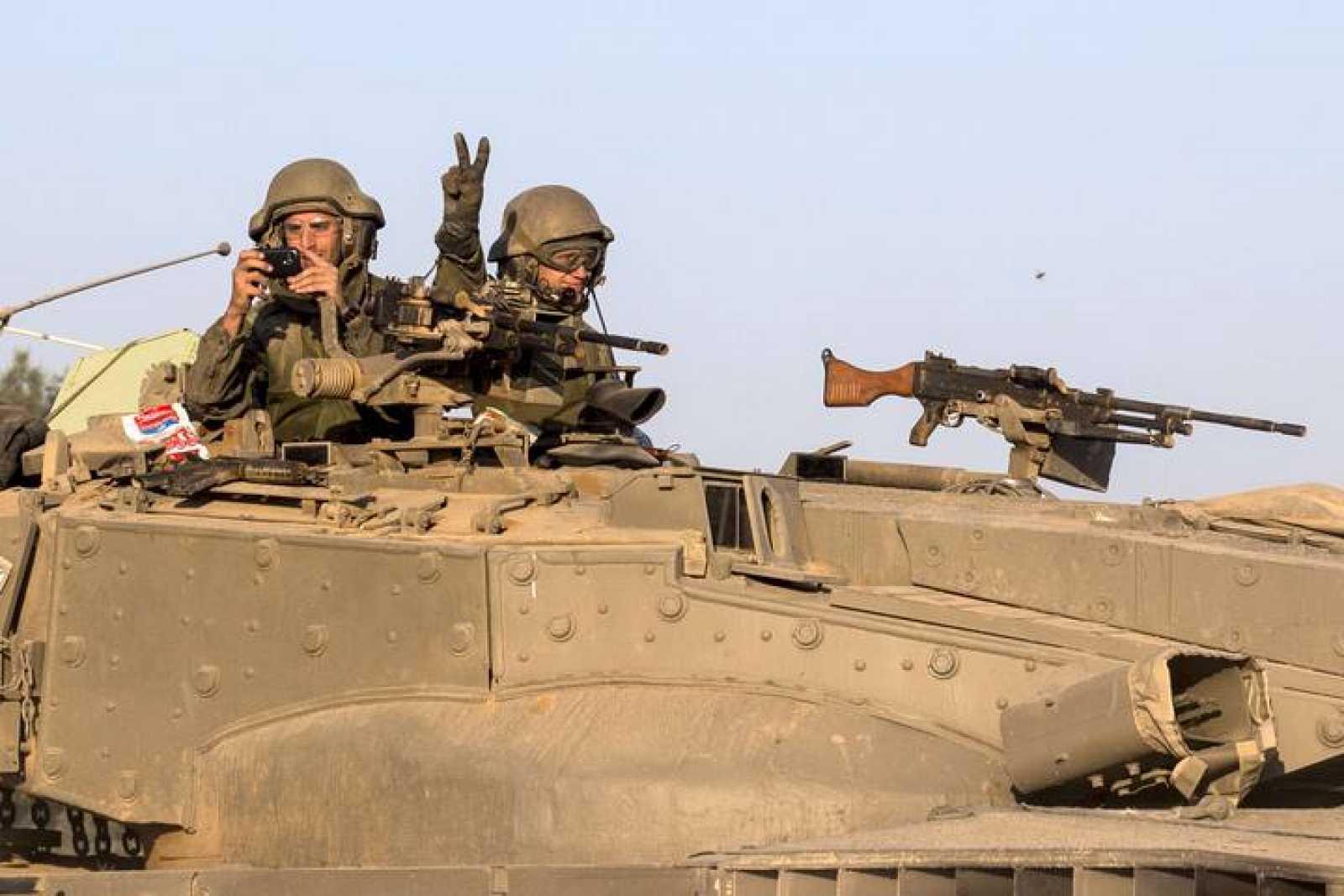 Soldados israelíes en un tanque situado en la frontera de Gaza