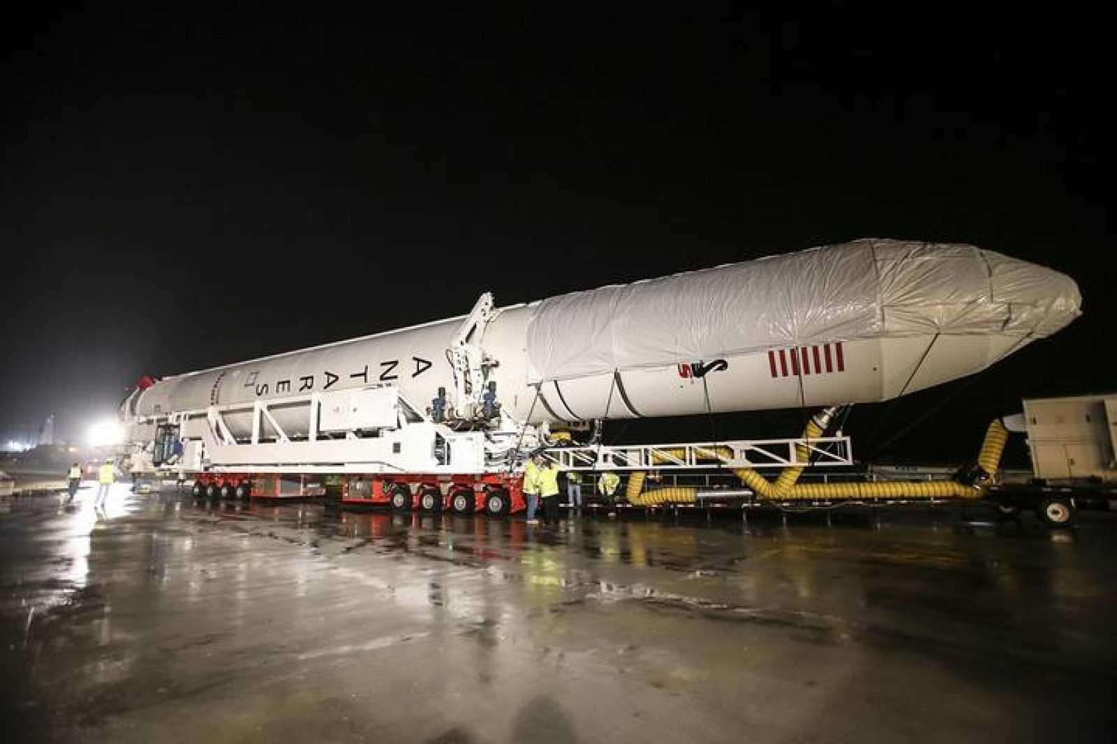 El lanzador de la Cygnus 2 durante su traslado a la plataforma de lanzamiento.
