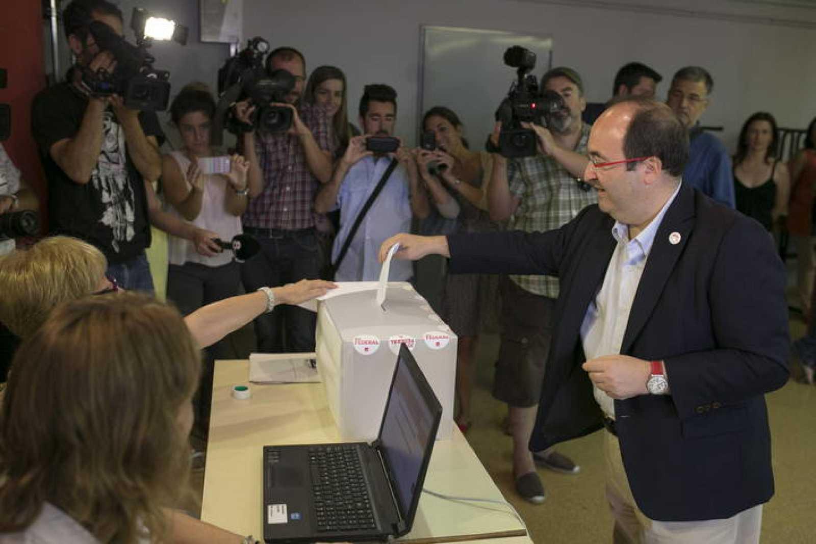El dirigente socialista Miquel Iceta, deposita su voto en la consulta a los militantes del PSC