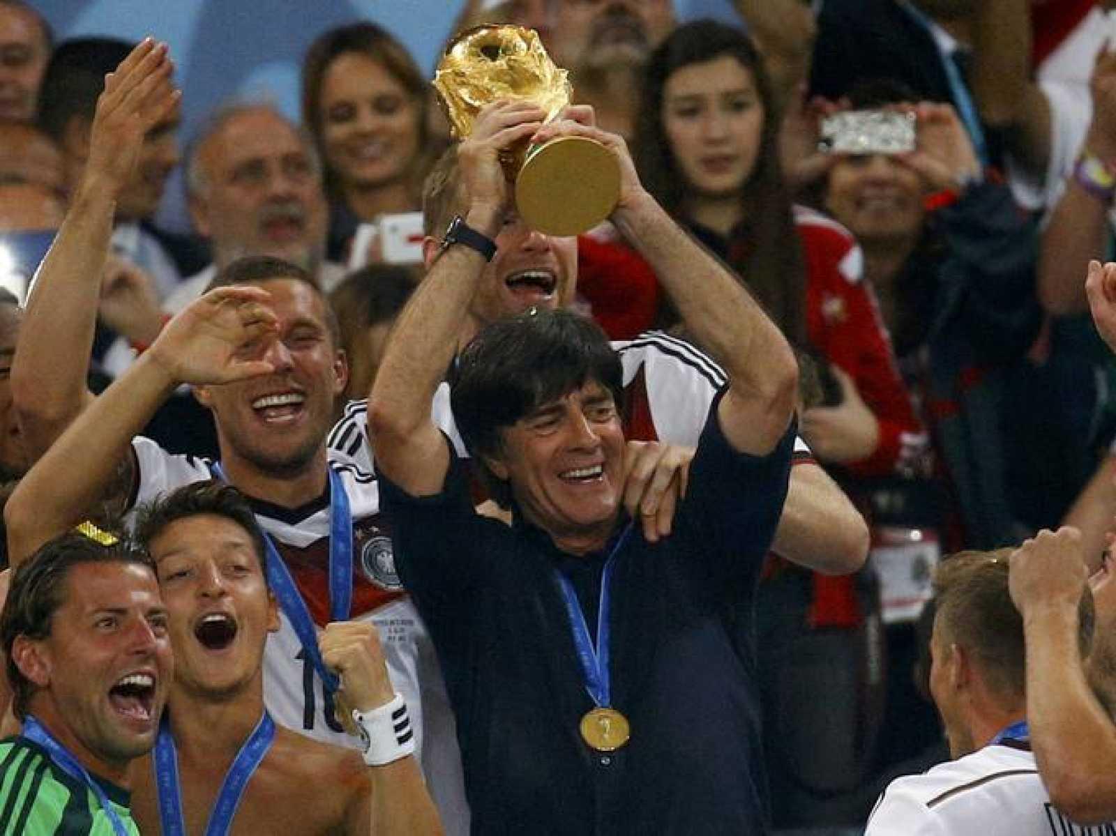 Joachim Löw levanta el título de campeones del Mundo.