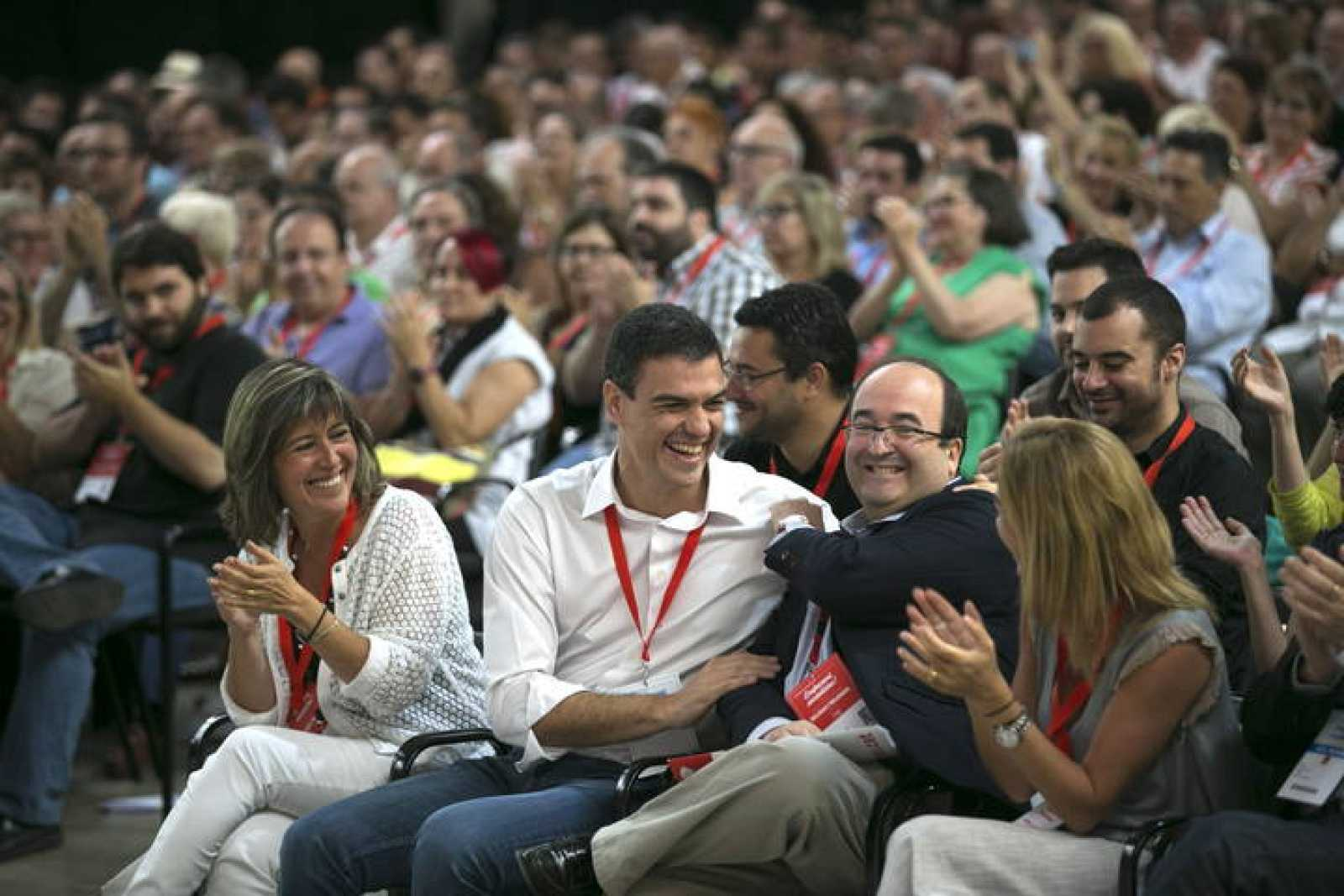 El secretario general del PSOE, Pedro Sánchez (c), bromea con Miquel Iceta (2ºd)