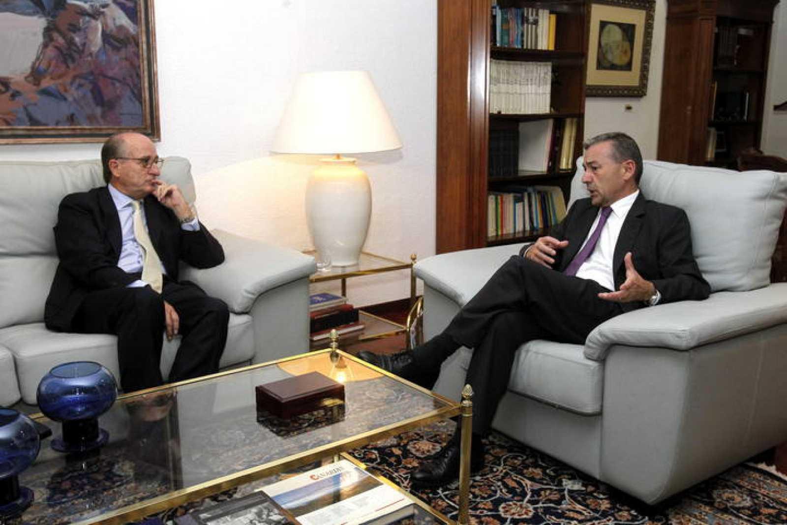 El presidente del Gobierno de Canarias, Paulino Rivero y el presidente de Repsol, Antonio Brufau, durante la reunión que han mantenido en la Casa de Canarias en Madrid