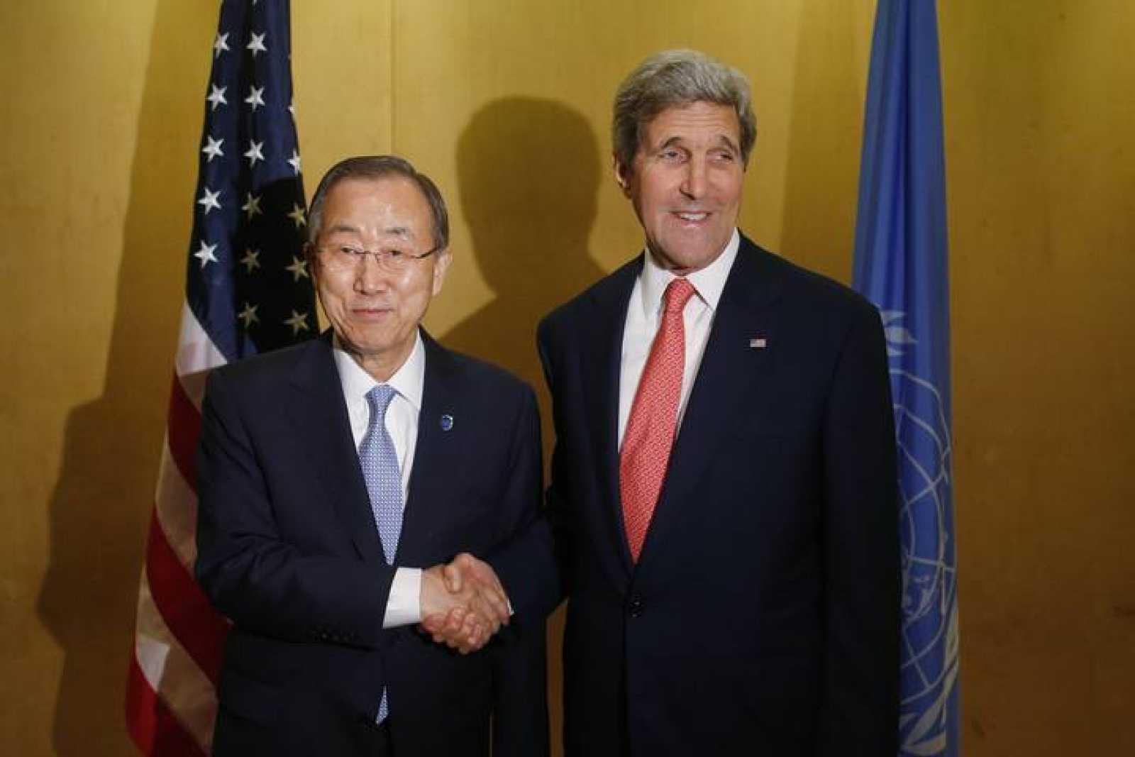 El secretario de Estado de EE.UU., John Kerry, saluda al secretario general de la ONU, Ban Ki-Moon