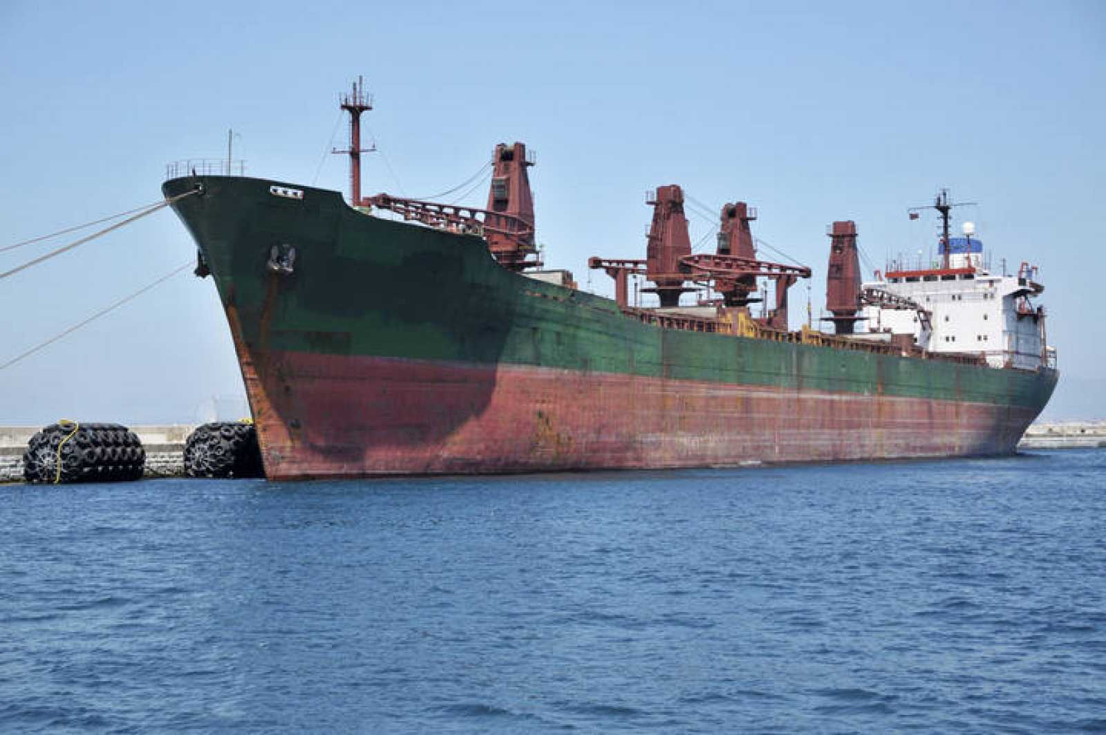 Gran barco carguero en Gibraltar.